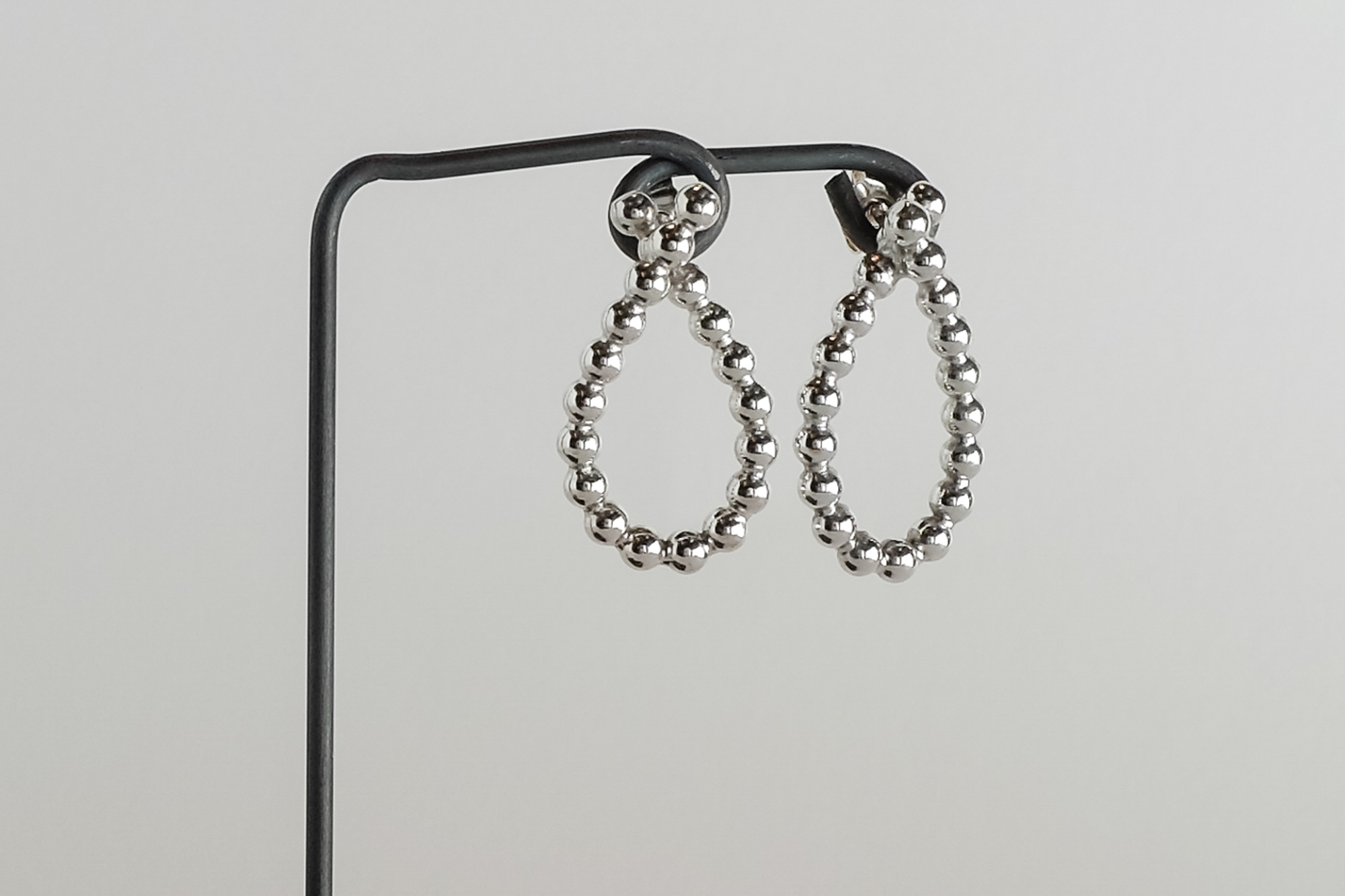 Pris dkk 575. Sølvøreringe i perletråd