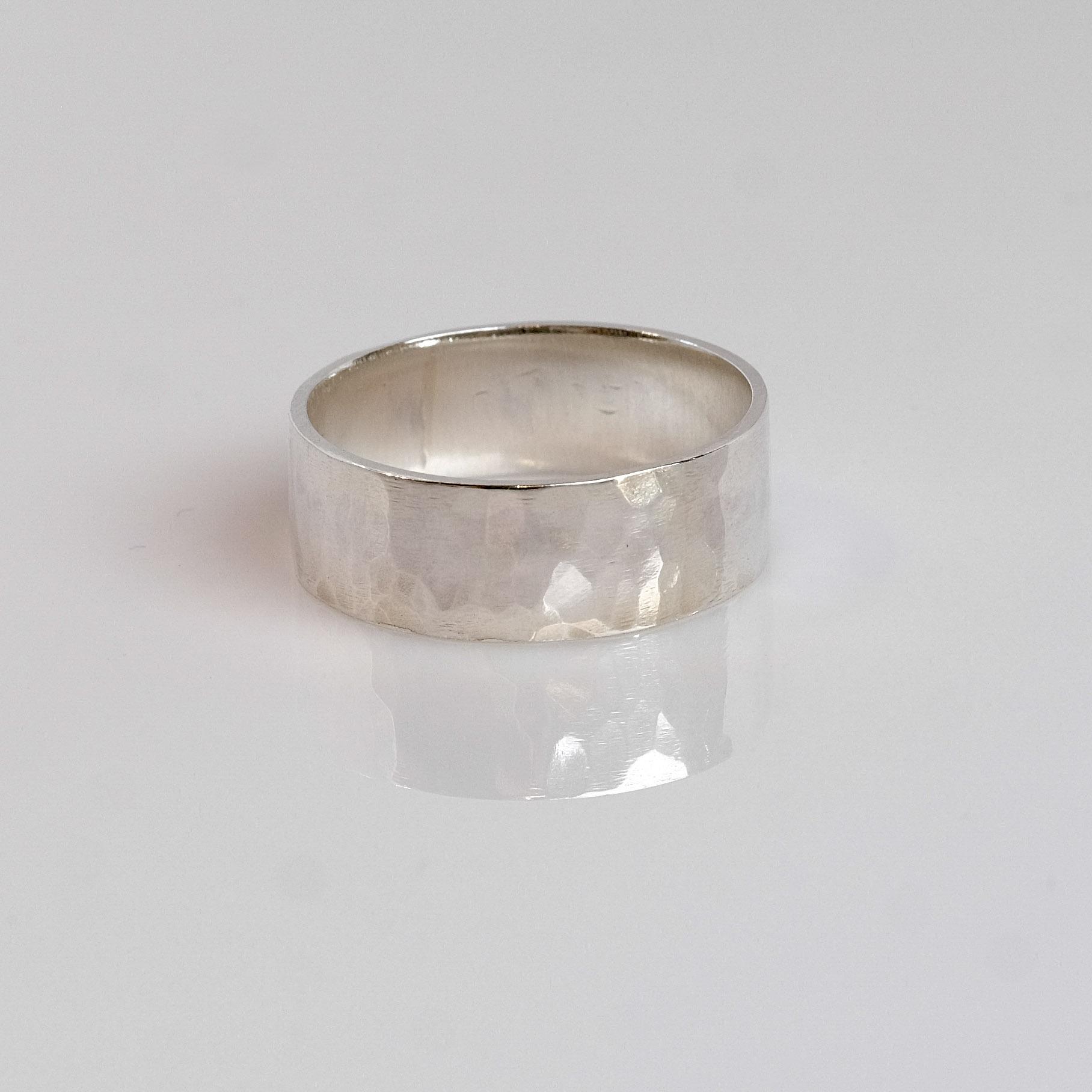 Pris: dkk: 850Hammerslået ring