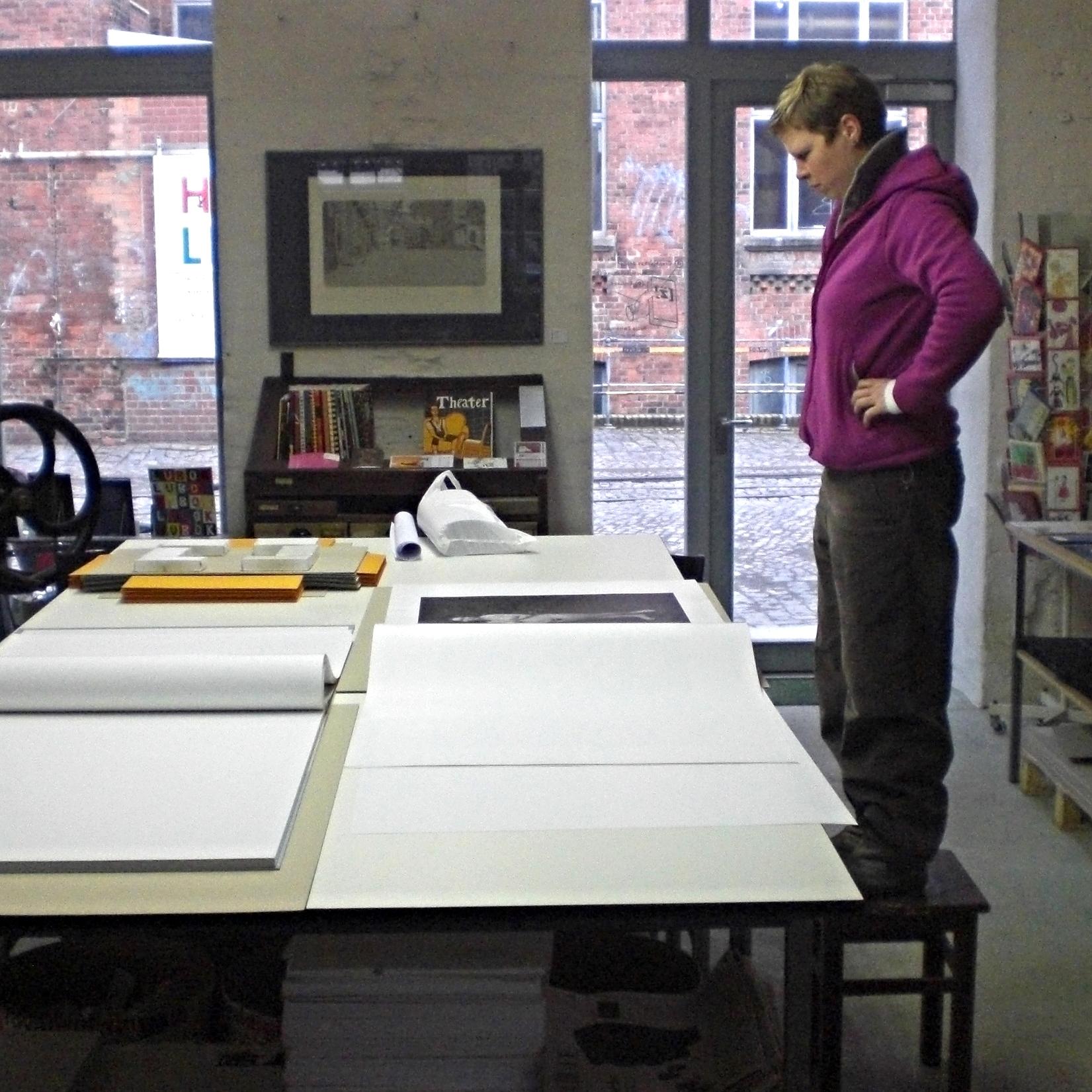 Bei Katja Zwirnmann in der Werkstatt (Spinnerei, Leipzig) /Herstellungsphase MIT JOCK STURGES familiär / Zum Anschauen dieses Riesenbuches musste ich auf einen Hocker steigen.