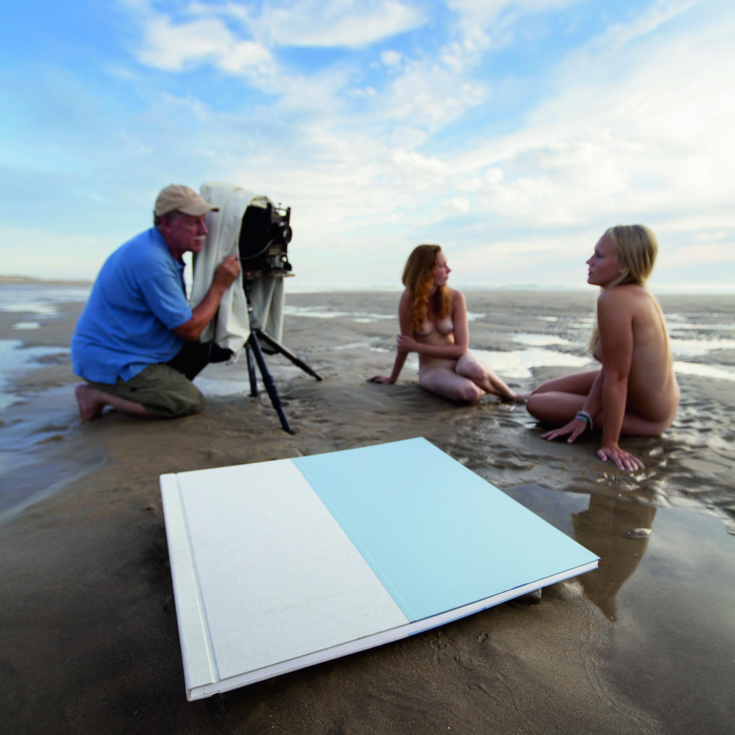 Jock Sturges am Strand mit seinen Modellen und seinem Buch