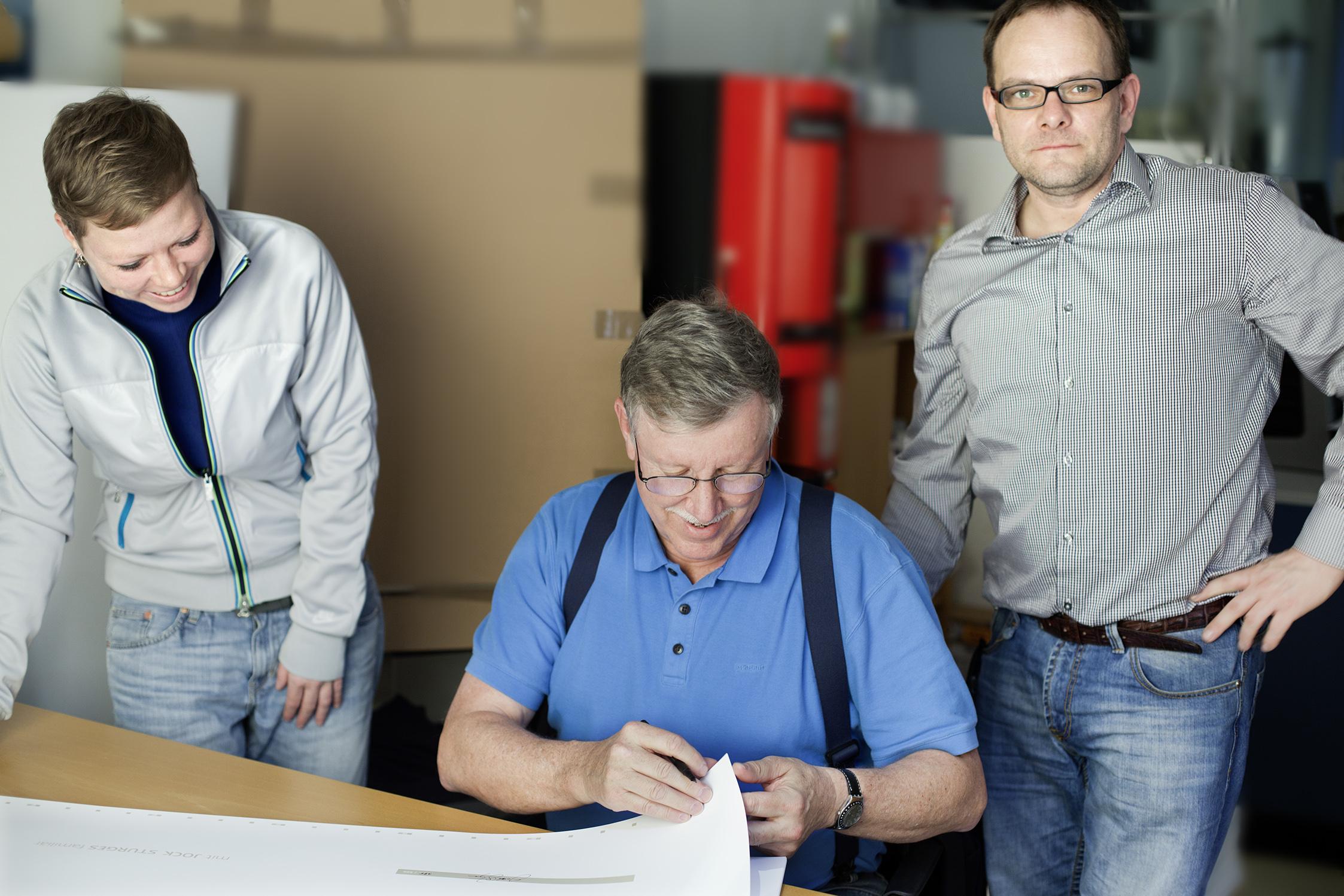 JOCK STURGES signiert die Druckbögen in Leipzig
