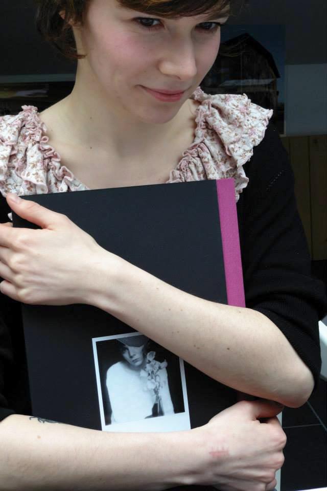 Agafia Polynchuk mit POLAROIDS