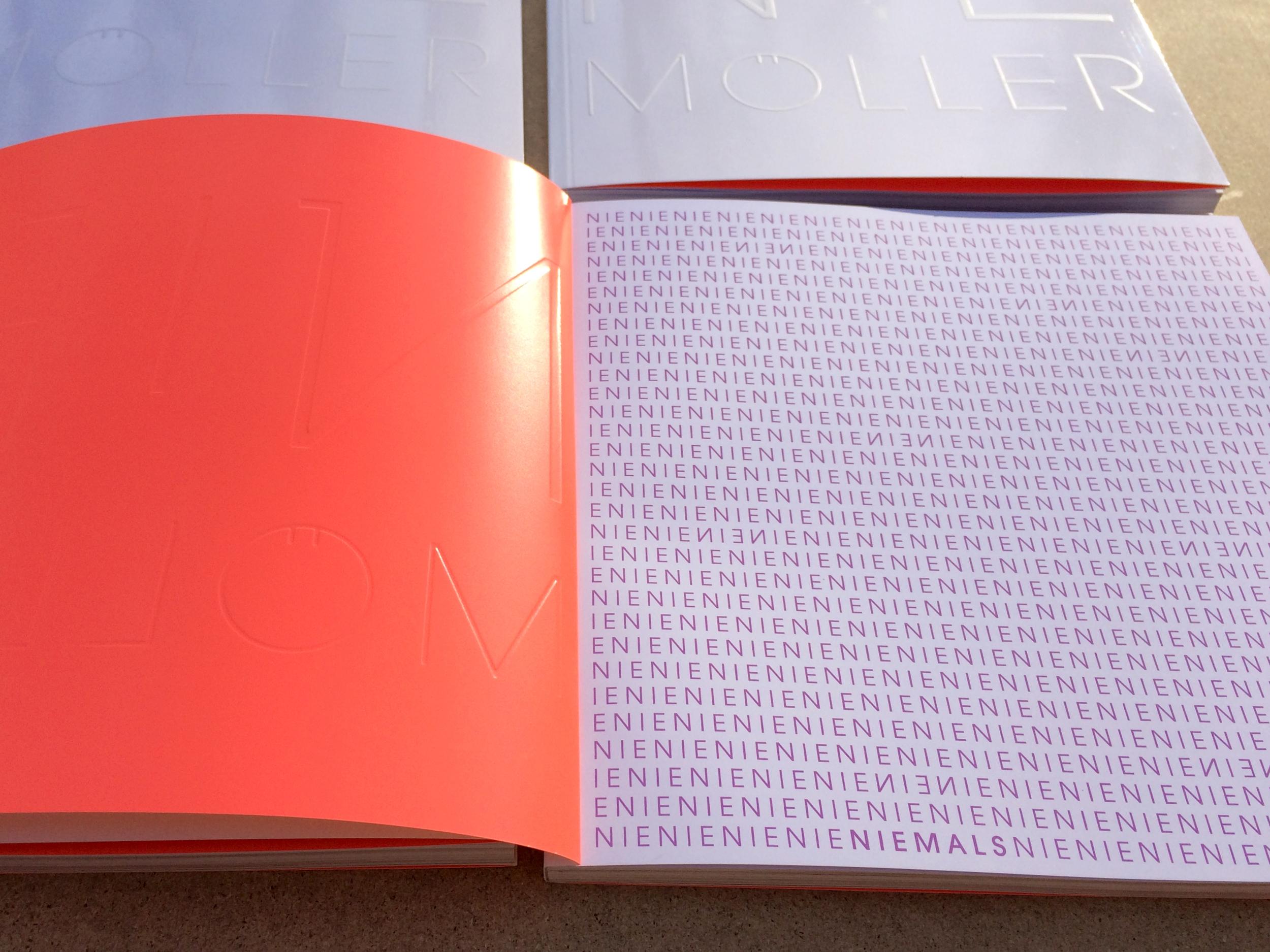 Vorsatzgestaltung: photochrome Siebdruckfarbe reagiert auf UV-Licht