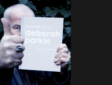William Ropp mit dem Buch: William Ropp presents Deborah Parkin