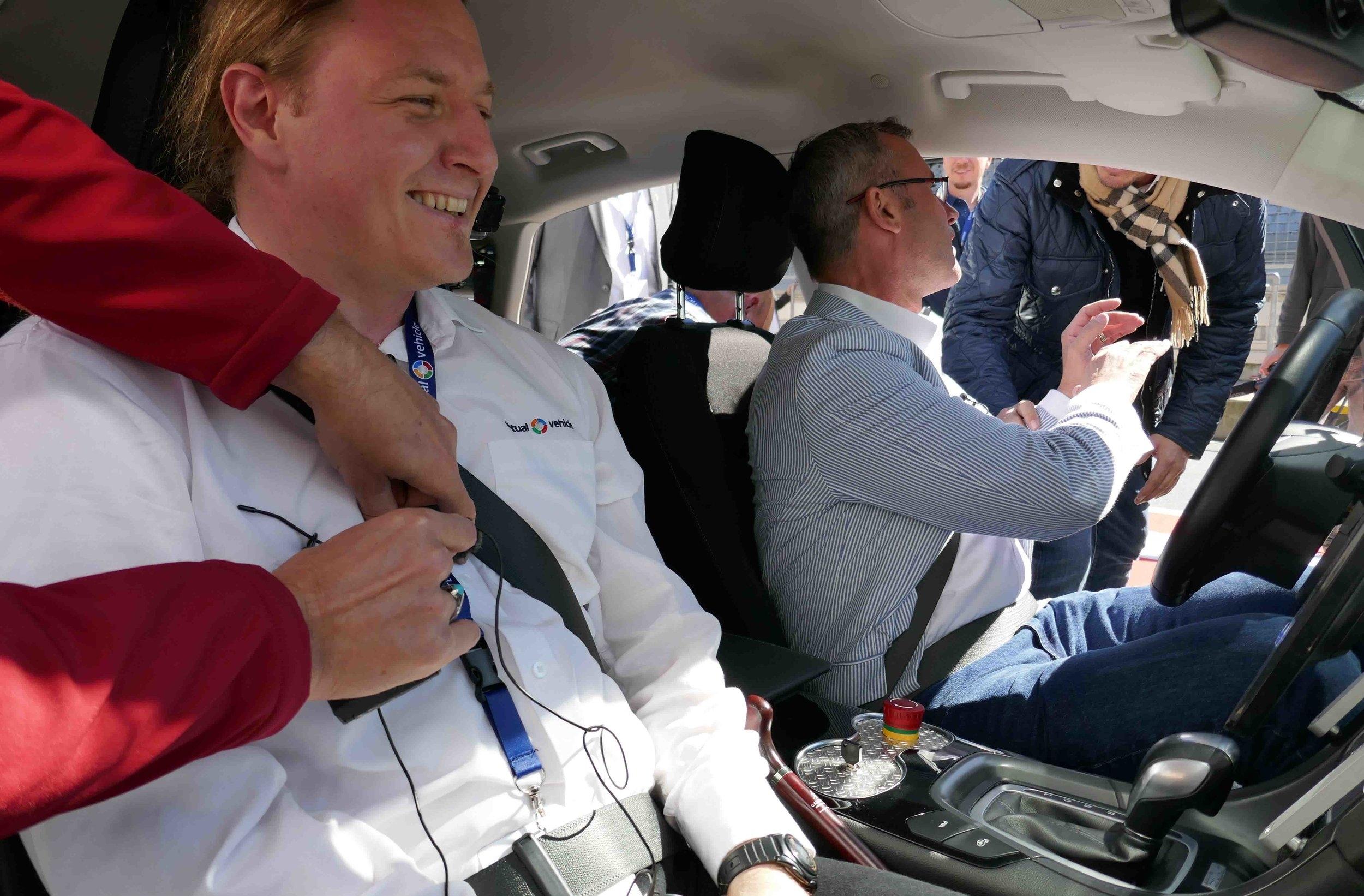 Allan Tengg vom VIRTUAL VEHICLE mit Bundesminister Norbert Hofer im Inneren des Automated Drive Demonstrator ©VIRTUAL VEHICLE