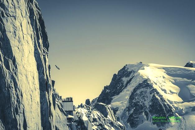 Base Jumper flies off Aiguille Du Midi, Chamonix