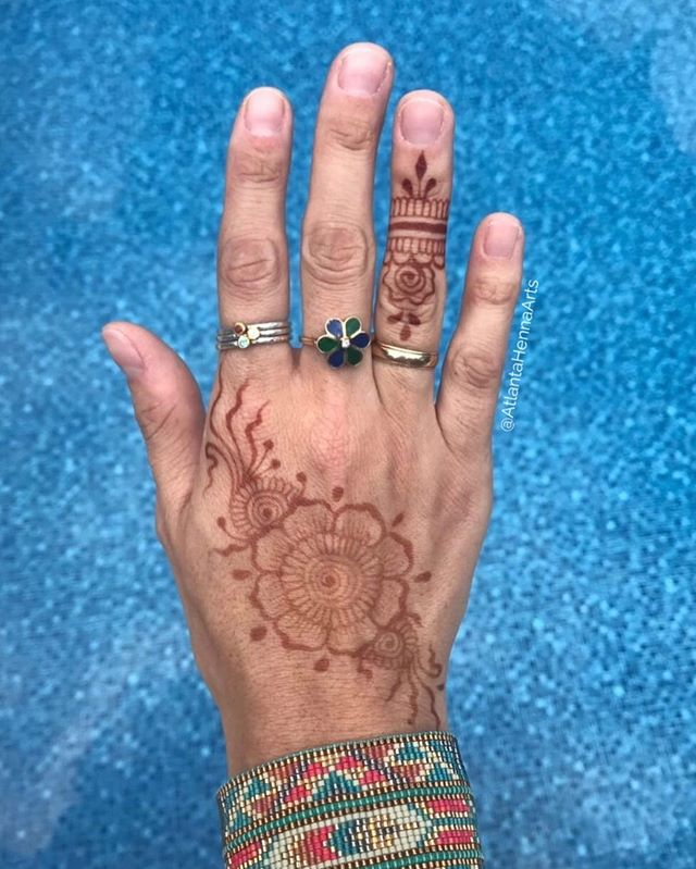 Beautiful photo courtesy of @barbiesomething  I had such an amazing time hennaing up all the ladies at @liftyoga 💛
