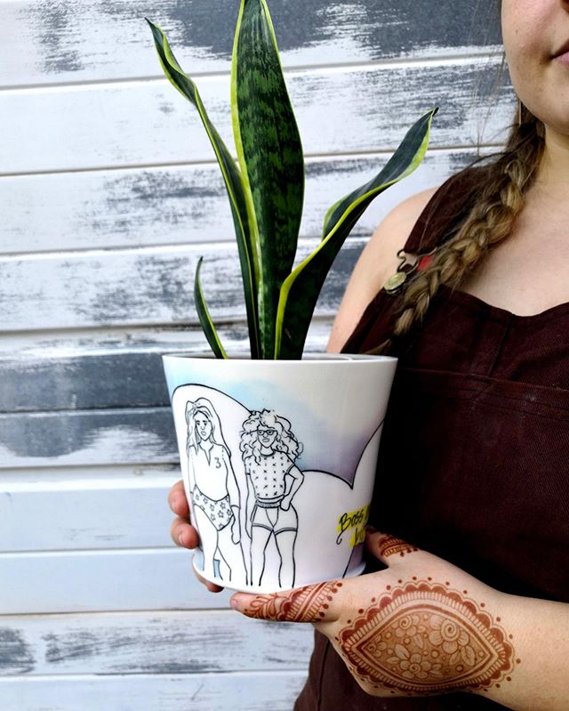 Marissa , aka- @mahathey.made, is a resident artist at Mudfire and makes beautiful pots decorated with fine line drawings of womxn, undies and socks! Thank goodness she grabbed me and asked me to model because I have STILL not taken a good photo of my hand.