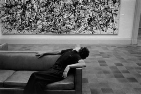 Richard Kalvar,Man in front of Jackson Pollock painting