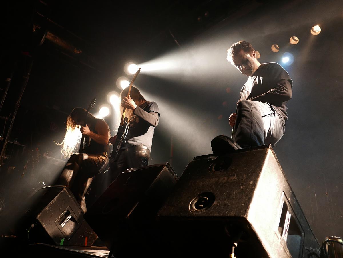 Der vorerst letzte Auftritt der Band war begleitet von starken Emotionen bei Band und Publikum. Trotz offener Blende sind immer noch genug Bereiche des Bildes scharf abgebildet, ein klarer Vorteil des kleinen Sensors der Kamera.