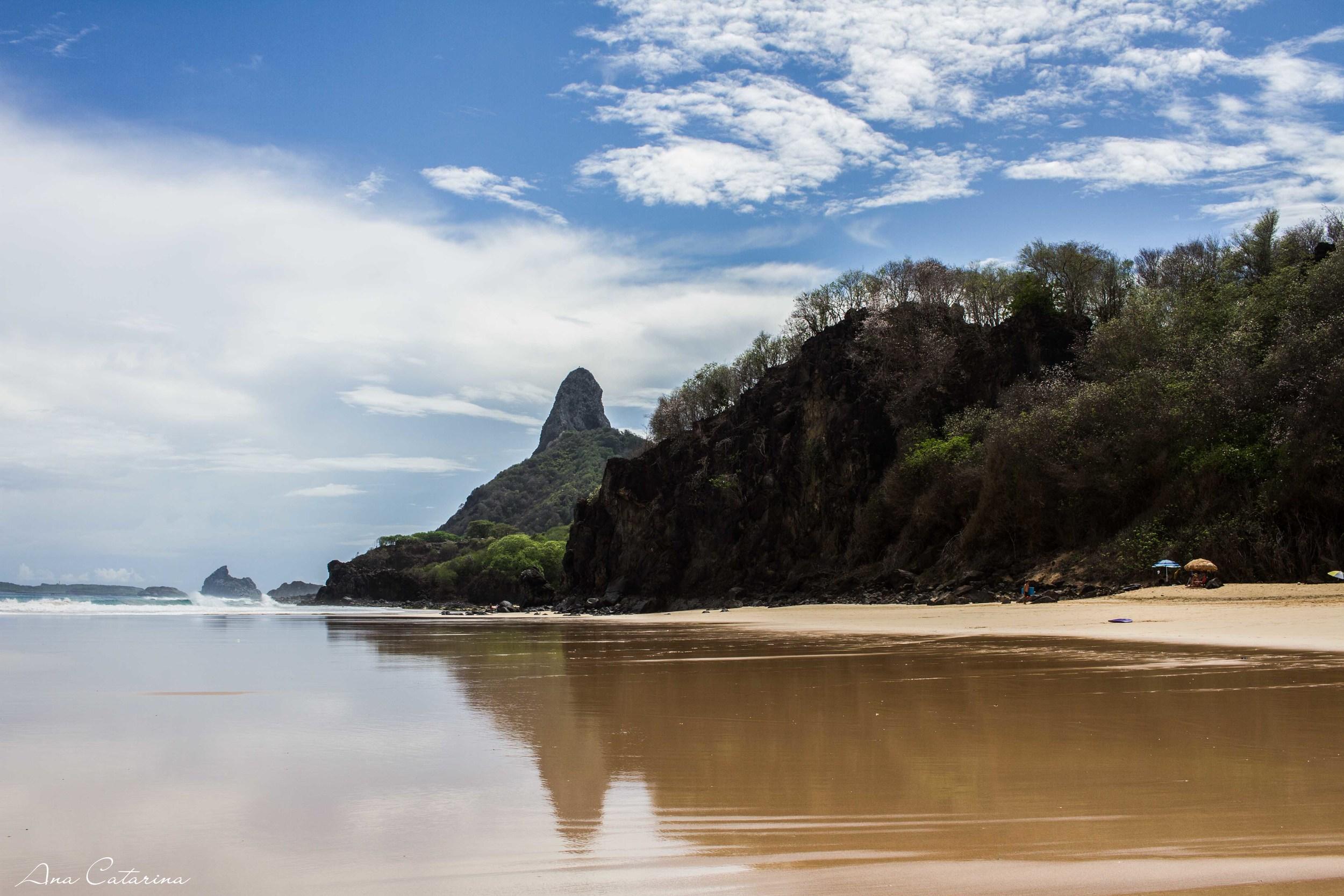 Lado direito da Cacimba, em direção à Praia do Bode.O Morro do Pico recebi o nome de Bald Rock, ou seja, Pedra Careca.