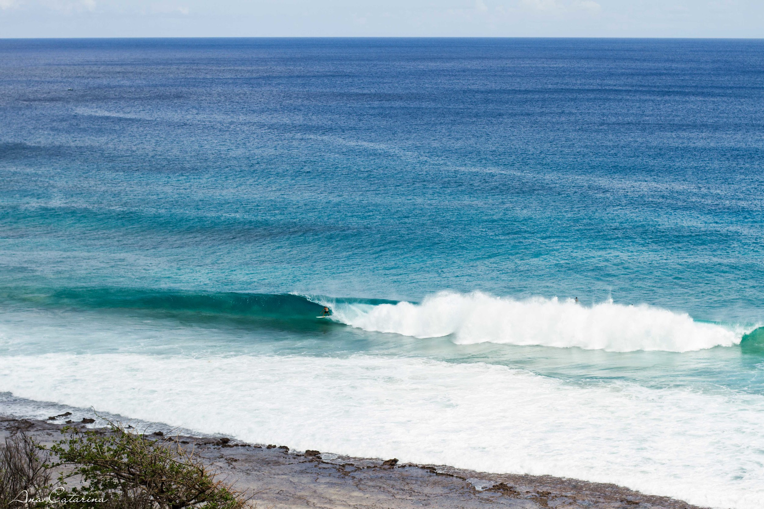 Line-up doBoldró, funcionando bonito na maré seca. Fundo de pedra e as ondas quebrando no mesmo lugar. Um luxo!