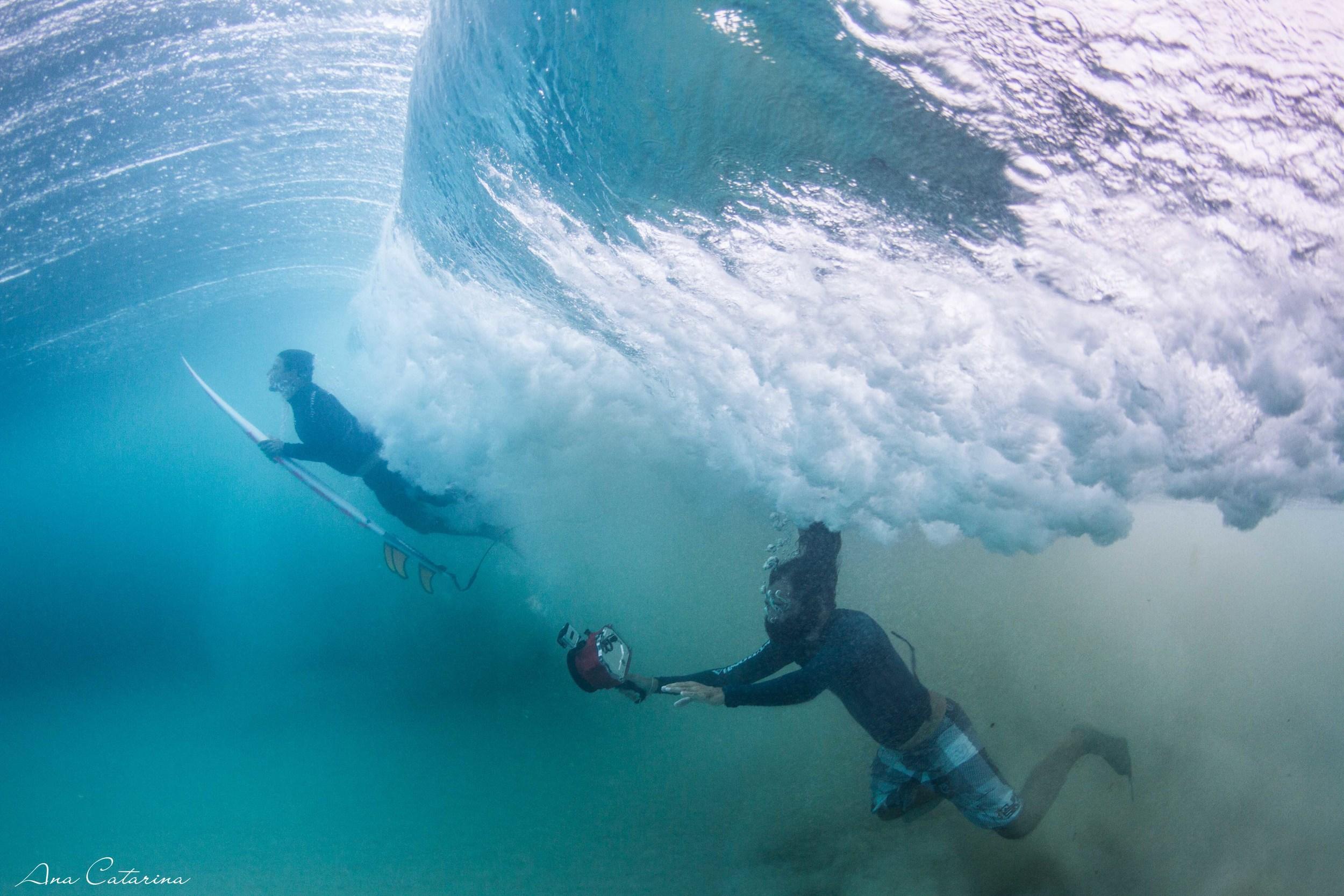 Daniel, de Ubatuba, um dos surfistas que conheci por lá e Iapa, o fotógrafo local / surfista / dono da marca 'Neuronha' varando a arrebentação.