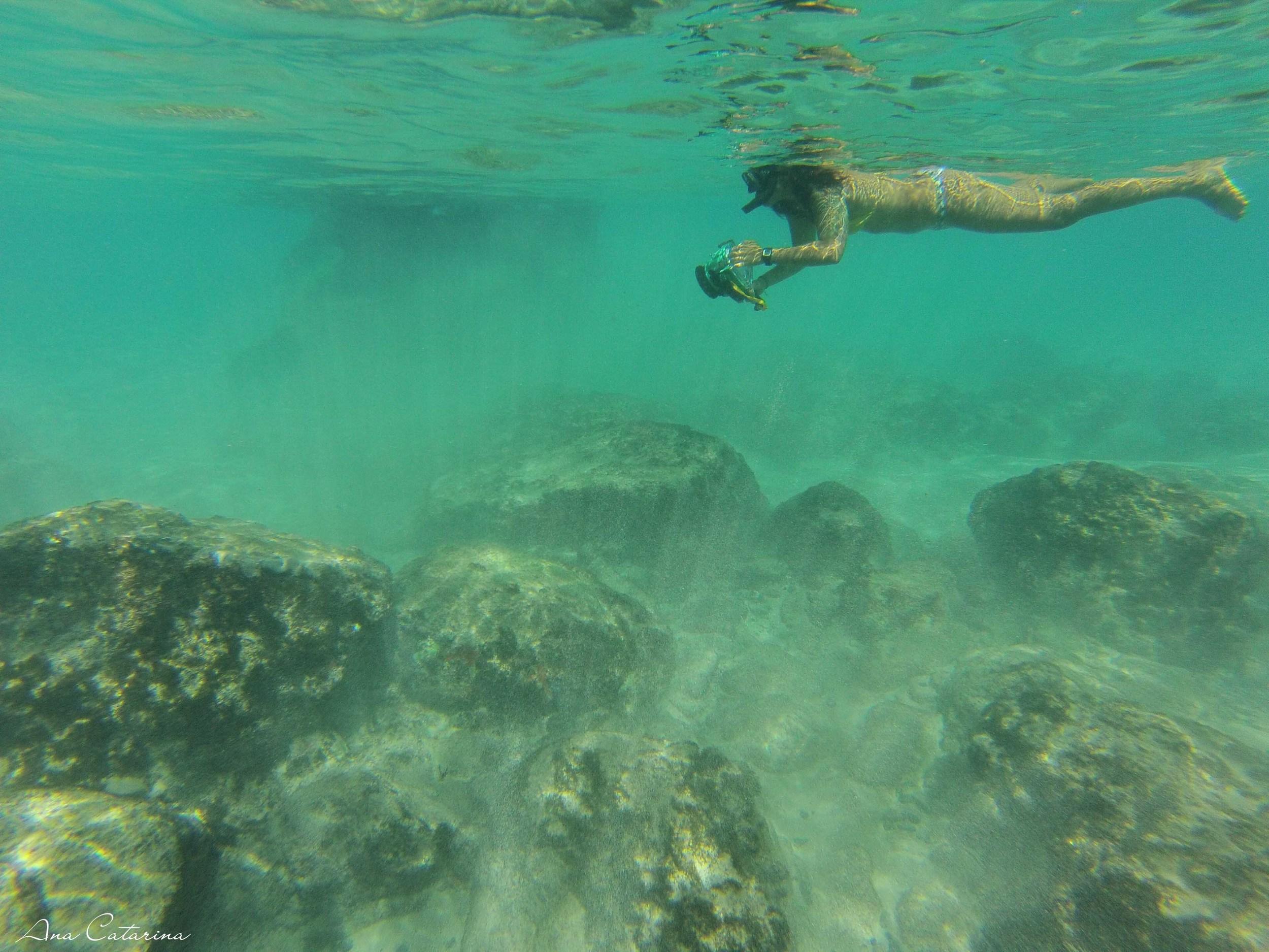 A água de Noronha é tão salgada, que você não precisa fazer nenhum esforço pra se manter na superfície.