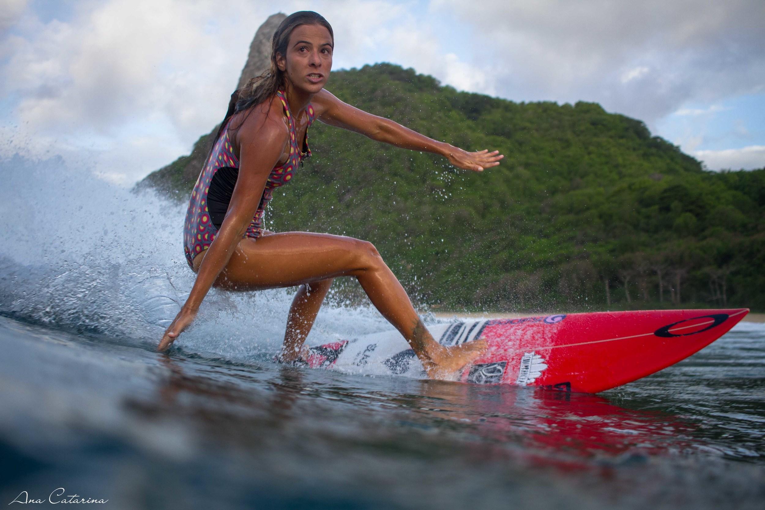 Diante de tanta perfeição da natureza, até esqueci que eu gostava de fotografar surf! Claudinha Gonçalves numa cavada de backside na Praia do Boldró!