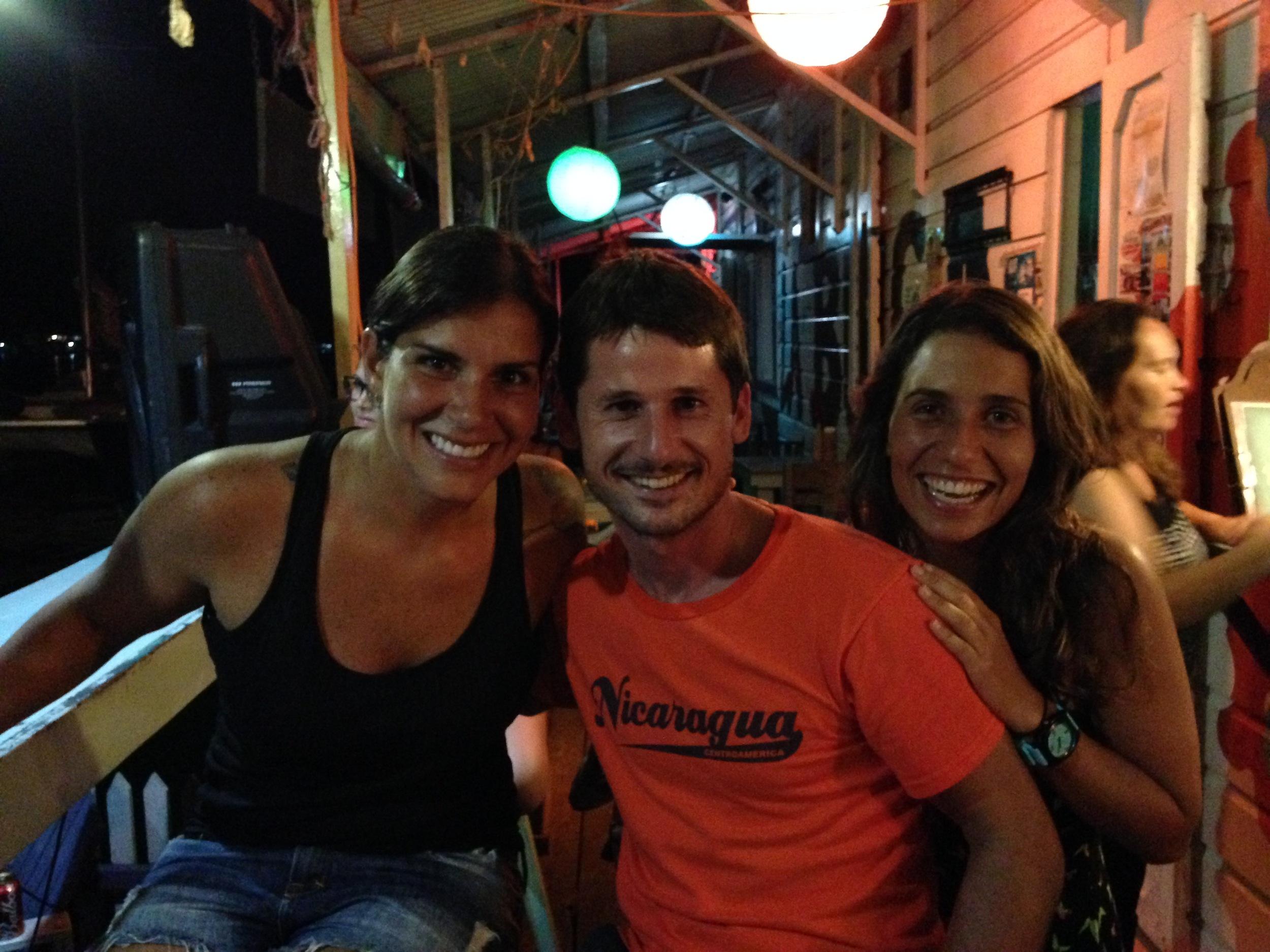Lembra do menino ao meu lado no barquinho? Olha ele aí e detalhe: com a mesma camisa! Encontramos o Messi em Bocas del Toro, mas ele responde por Lucas, pra disfarçar e despistar os fãs. Nossa última noite no Panamá!