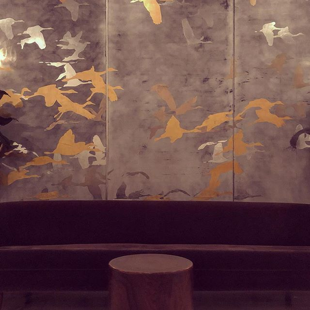 The Dewberry looks like a very elegant place to stay in #downtowncharleston. The ever-changing metallic beauty of the lobby level Swanston Room is hard to capture. . . . #charlestonart #hospitalityart #greathotelart #sandhillcranes #studioswan #thomasswanston #thedewberrycharleston #metallicart #largescale #art #contemporaryart #artpanels #artwalls