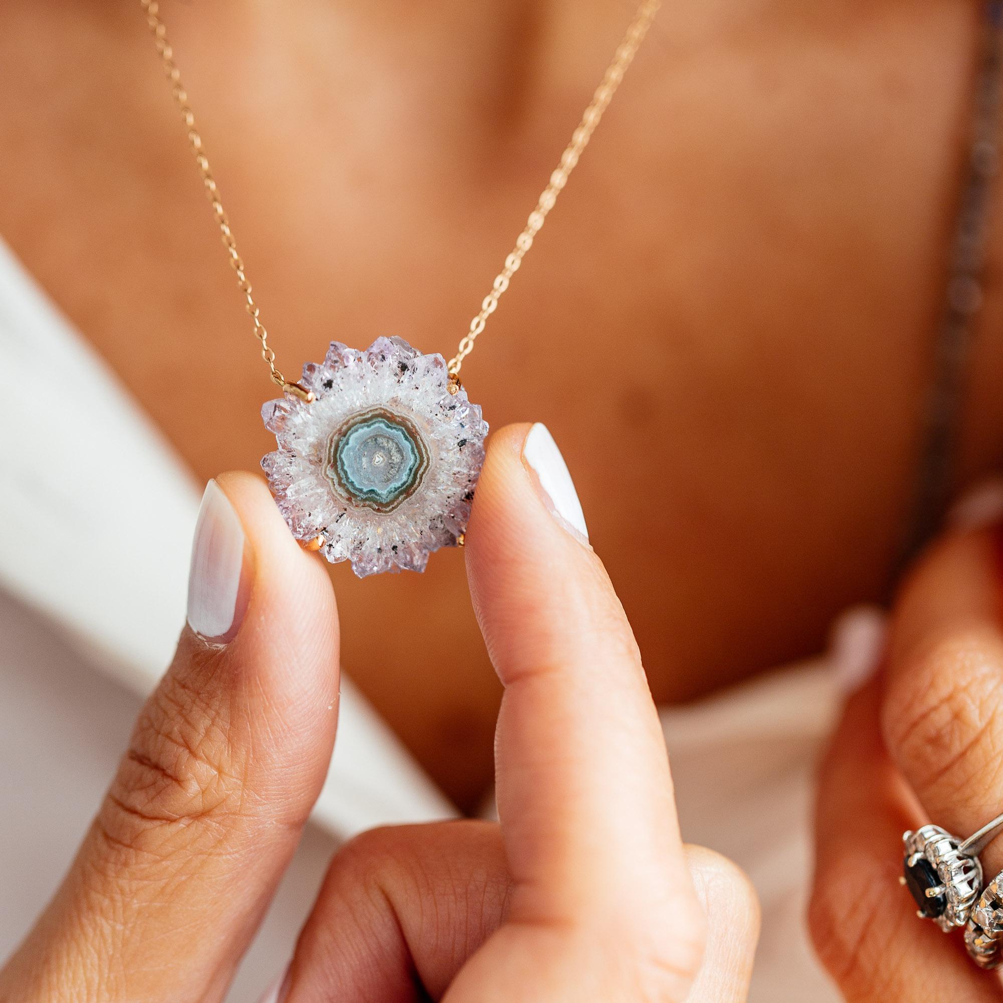Tel un talisman, - Chacun d'eux est porteur d'un message hérité de nos rites ancestraux pour vous accompagner sur votre chemin de vie. Et tout comme le diamant, un cristal nous renvoie aux différentes facettes de qui nous sommes.
