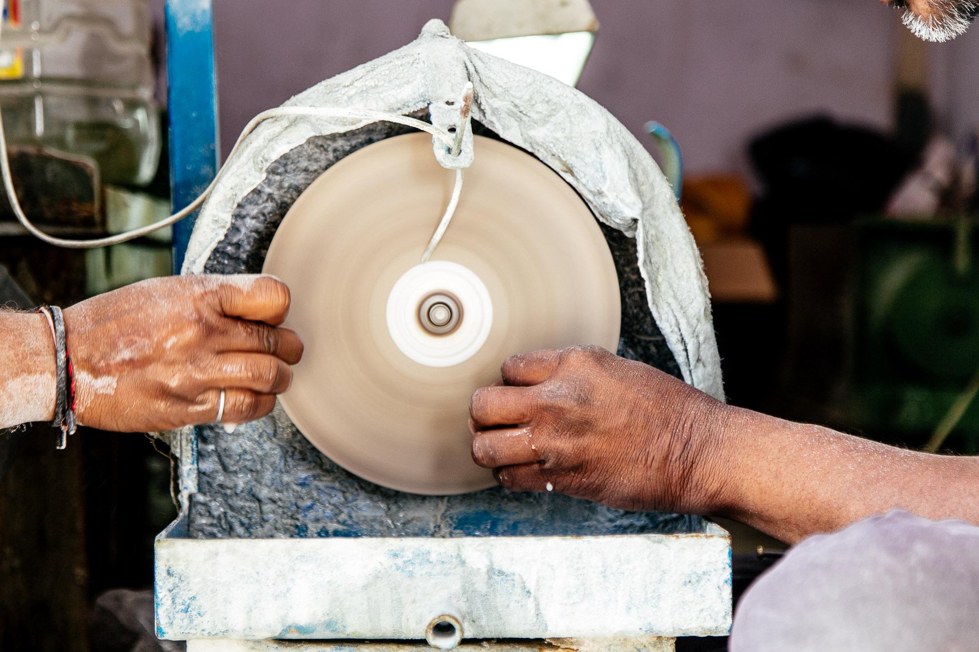 Made with love… - Nous travaillons avec des artisans de qualité qui exercent leur don avec amour. Nous sommes au service du monde minéral et nous donnons vie à des pierres qui ne demandent qu'une chose: être portées et aimées.