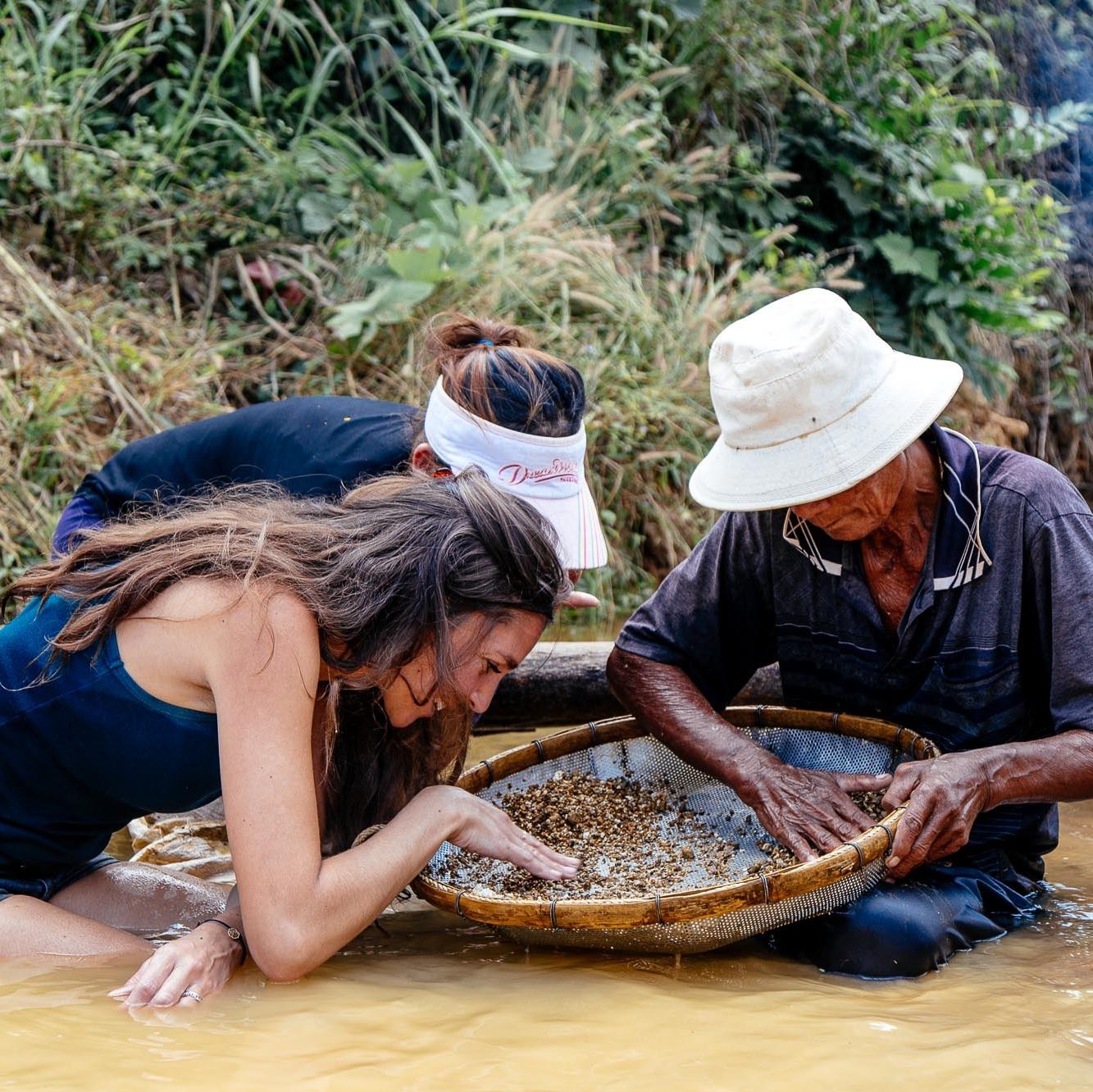 Rencontre avec Nasoha - Chloe Sarasola, fondatrice de la marque Nasoha, « chasse » les plus belles pierres à travers le monde pour les rendre accessibles au public.Elle allie le monde physique et le monde métaphysique pour transmettre le message des merveilles de la Terre.