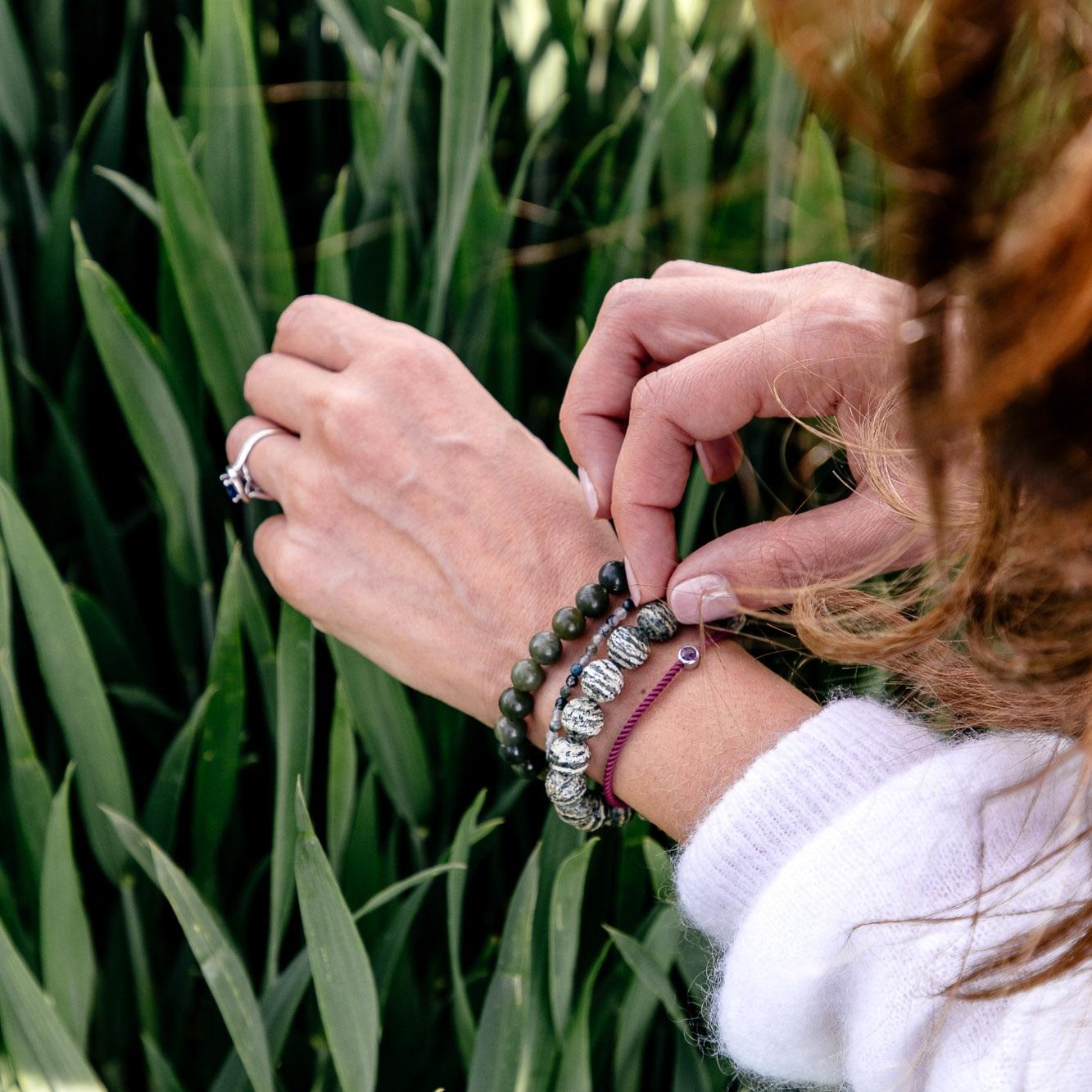 Le bracelet, tel un talisman, permet d'intégrer des symboliques visuelles de façon plus permanente et selon l'humeur du jour. -