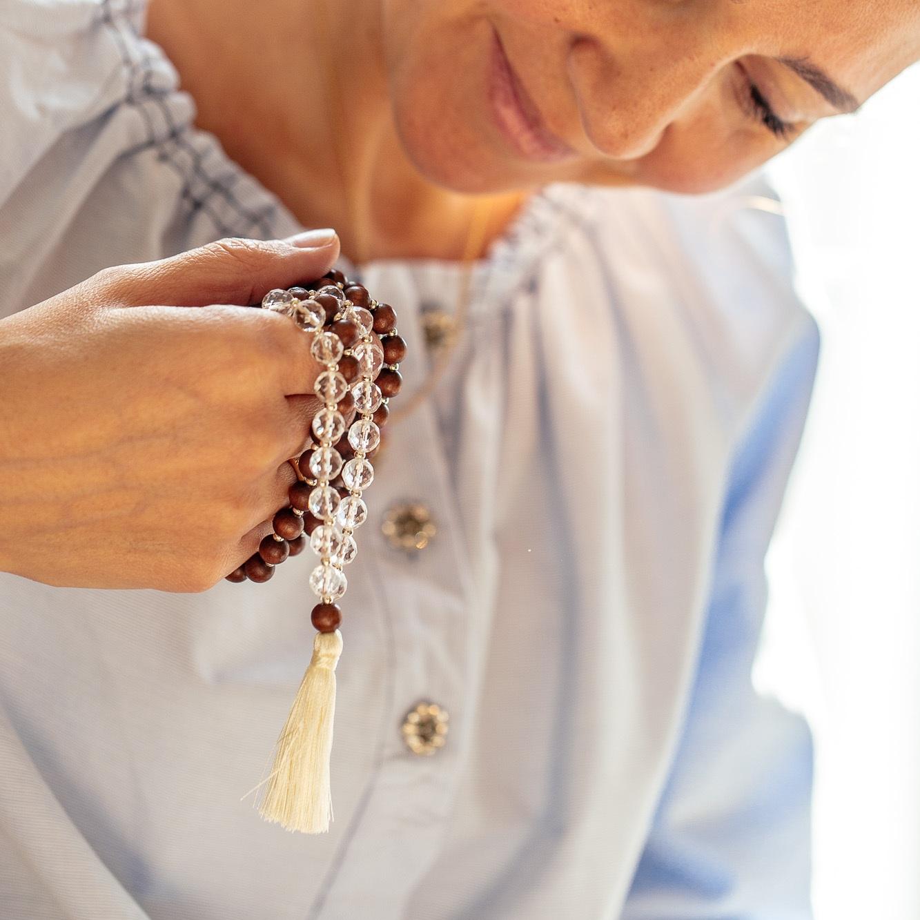 Le Mala provient des terres indiennes il y a plus de trois millénaires avant notre ère. - Objet cultuel appartenant aux traditions bouddhiste et hindouiste, ce talisman nous accompagne à la pratique méditative et au yoga.