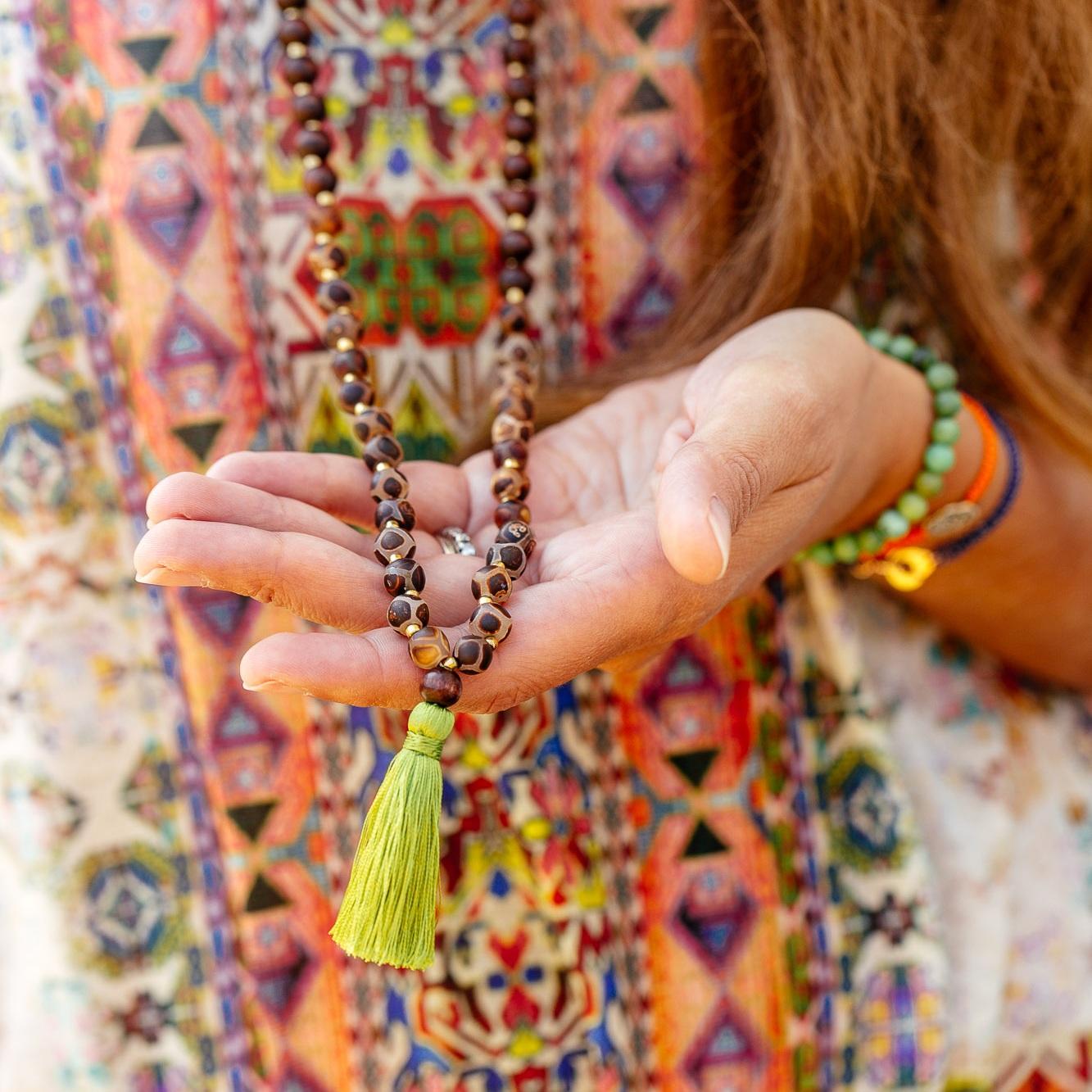 Pour notre collection de malas, nous avons choisi de mélanger le monde végétal et minéral et 108 perles pour le rituel. - Chaque mala est monté avec des pierres