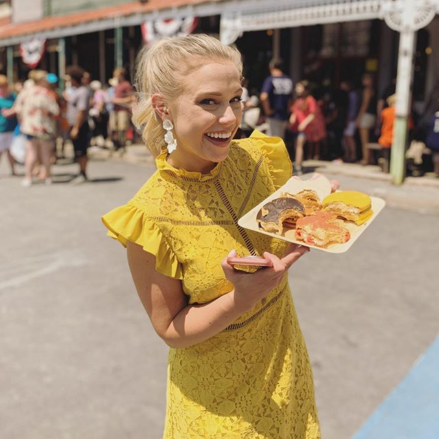 Who knows @theoriginalmoonpie better than the Bell Buckle Moonpie Queen?! 👑 Tune NOW to @cookingchannel to see me, @maneetchauhan, @woodlandgiant, and @jonathandbennett put three amazing Chef's to the test on Snack Attack! 8:30pm ET/5:30p PT! #snackattack • Style: @altardstate HMU: @briebeckman