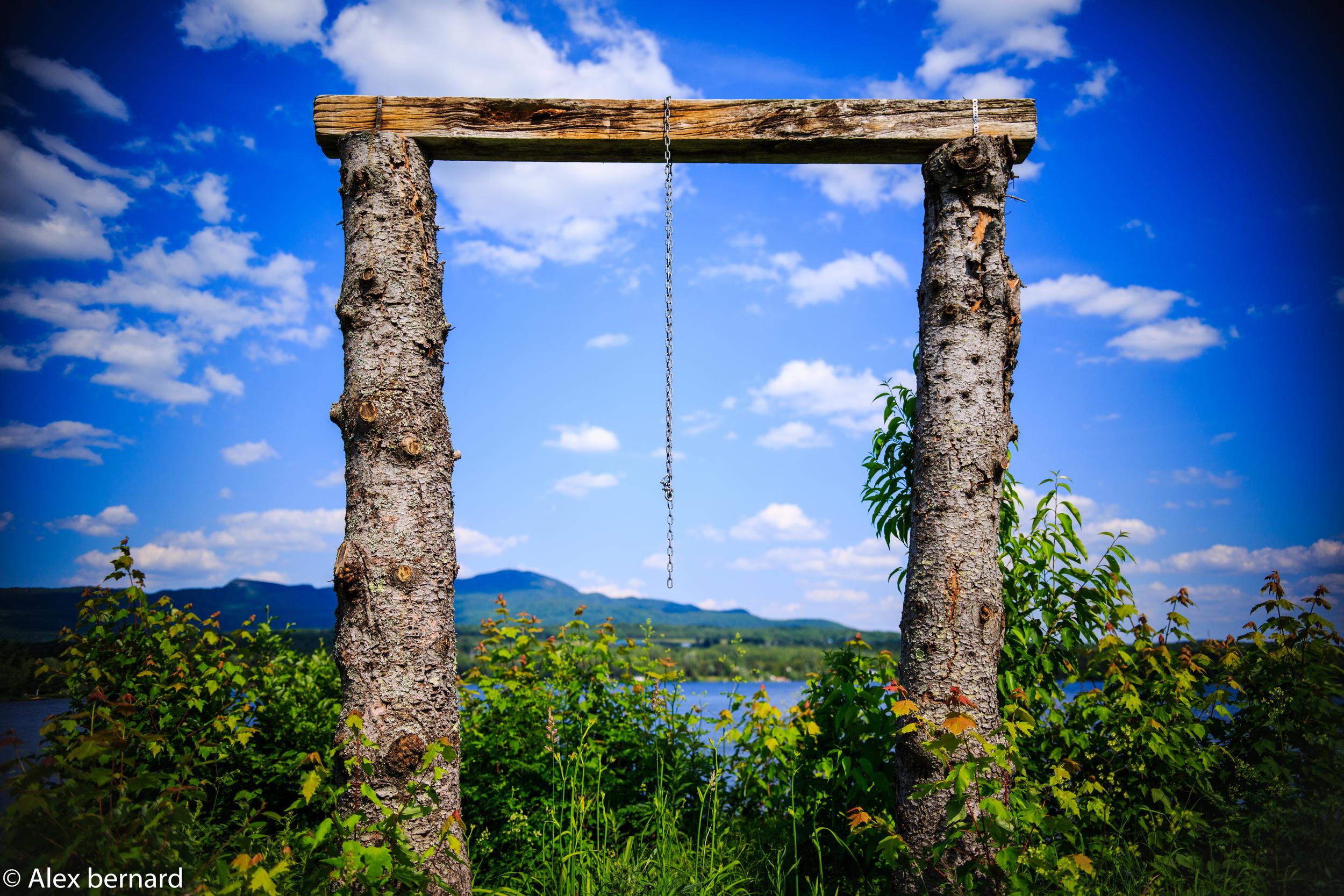 Je ne sais pas trop s'il s'agit d'une balançoire, mais quand j'ai vu ces deux troncs reliés par une planche, j'ai tout de suite pensé à une sorte d'arche ou de portail vers je ne sais trop où. Je trouve que la structure dégage un petit quelque chose de celtique, un peu à la manière de Stonehenge. Le lac d'Argent et le mont Orford ne font qu'amplifier le côté mystique de cet endroit.