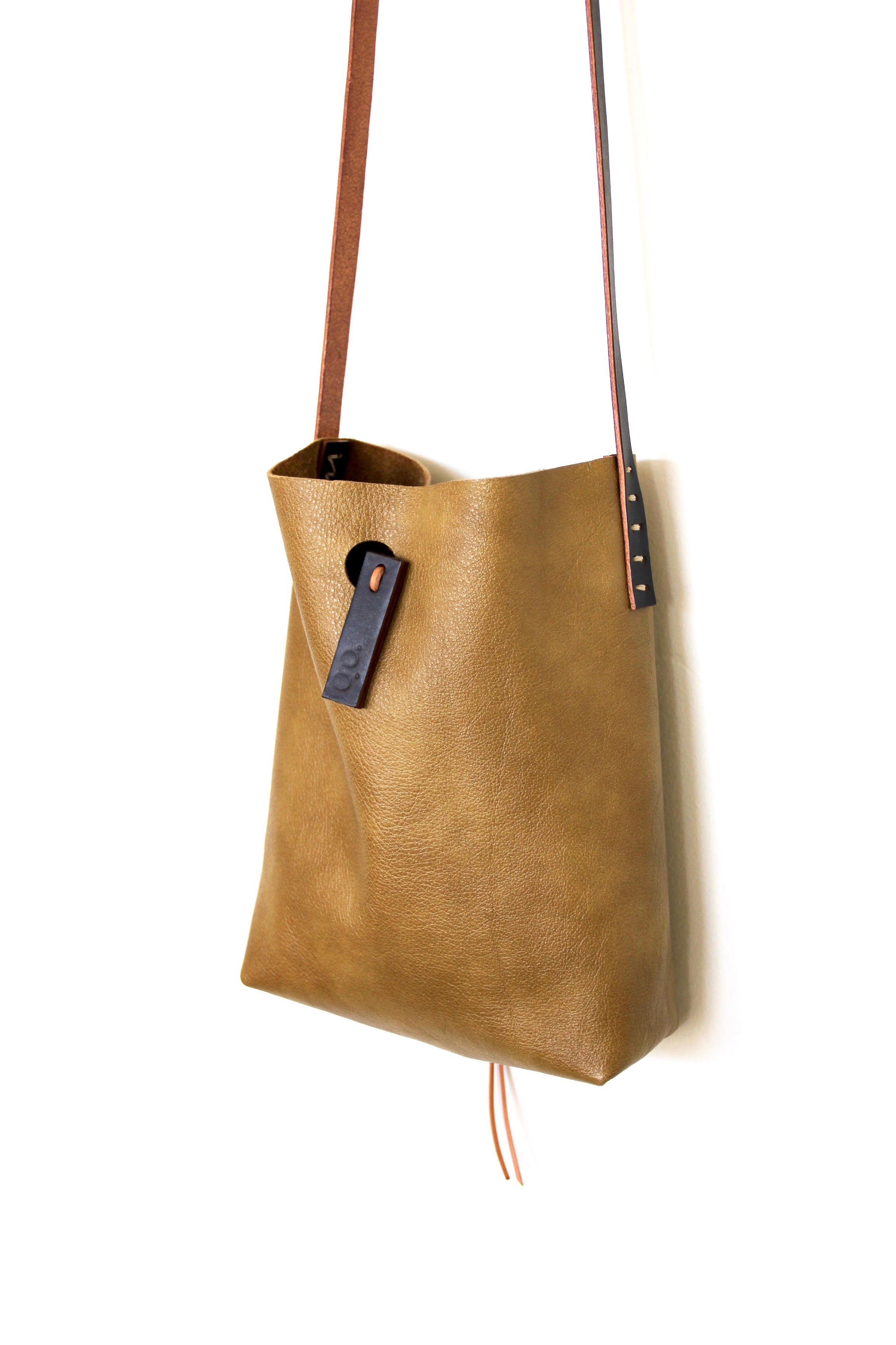 mini.malist x-body leather tote in 'de oro'