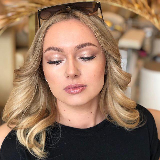 Flawless @temptu Airbrush makeup for this Polish beauty!  I used just contour and highlight kit for this makeup😍 . Безупречный макияж с помощью аэрографа  @temptu для этой польской красотки😍 Я использовала только наборы хайлайтеров и контуров для лица. . #westhollywoodmakeupartist #beverlyhillsmakeupartist #beverlyhillswedding #beverlyhillsmakeup #grandrapidsmakeup #grandrapidsmakeupartist #grandrapidsbride #temptu #anastasiabeverlyhills #natashadenonapalette #iconiclondon #макияжглаз #макияж #бронзовыймакияж #контурныймакияж