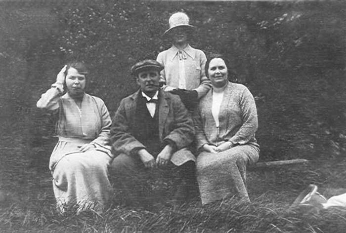 Scarborough 1924 Marion Thomas Edna Effie.jpg