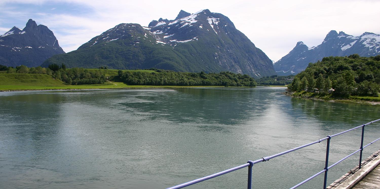 Nedre Rauma fra brua ved campingen og oppover elva