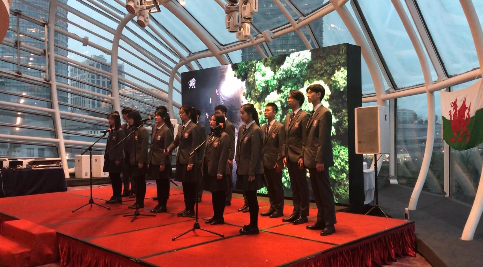 "Chinese schoolchildren singing  ""Calon Lan"""