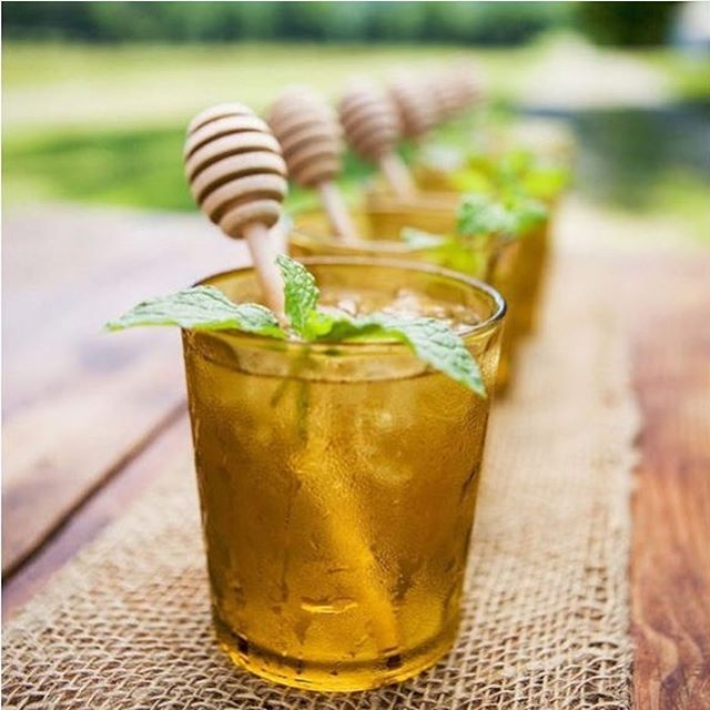 Beat the HEAT with something SWEET! ☀️#weekendvibes ... H O N E Y  S Y R U P is a healthy + simple way to add sweetness to your favourite cold drinks + cocktails/mocktails! 🥂#simplesyrup  Recipe🍯👇🏻 ... 1️⃣ Heat 3/4 cup water until very hot. 2️⃣ Stir in 1 cup TrueBee Honey until dissolved. Cool to room temp. 3️⃣ Store in a covered jar in refrigerator until ready to use. Add to your fave summer drink. Sweeten to taste + enjoy! 🐝