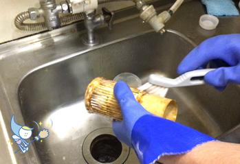 外した各パーツをブラシなどで丁寧に洗います。