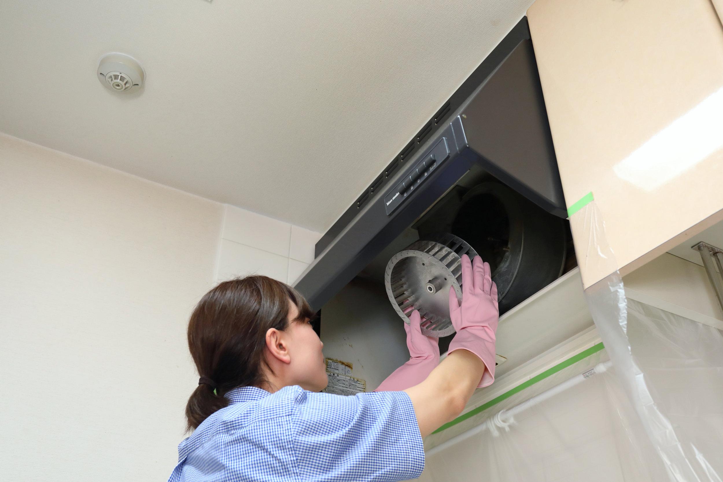 キッチン換気扇(レンジフード)   高い位置にあるキッチンの換気扇はお掃除が大変…。油汚れもべったりでとにかく面倒!レンクリなら内部のファンまで分解して徹底洗浄します!油汚れが付きにくくなる便利なレンジフードフィルターの販売も行っております。