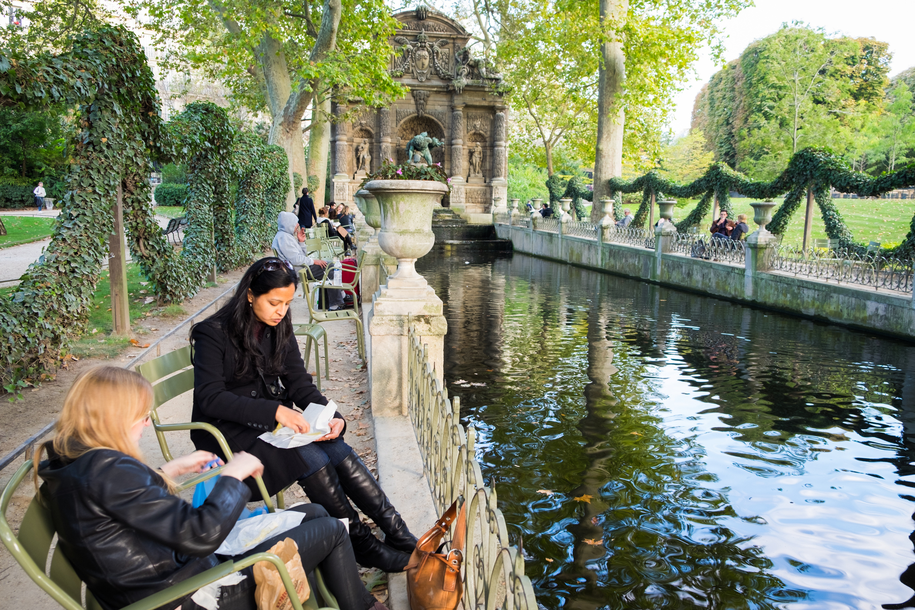 Picnicking in Paris' Jardin du Luxembourg