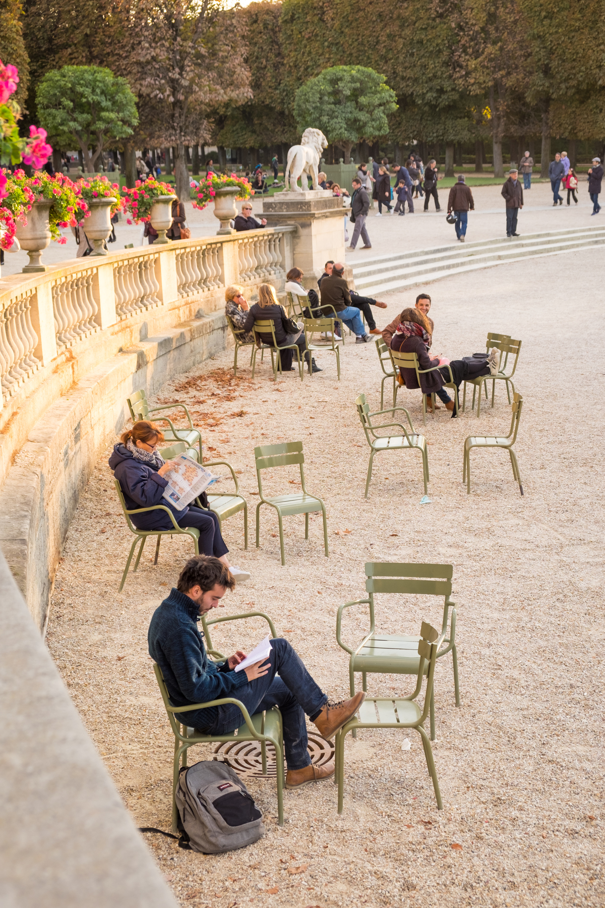 Not to many people playing with their cell phones in this country! Jardin du Luxembourg