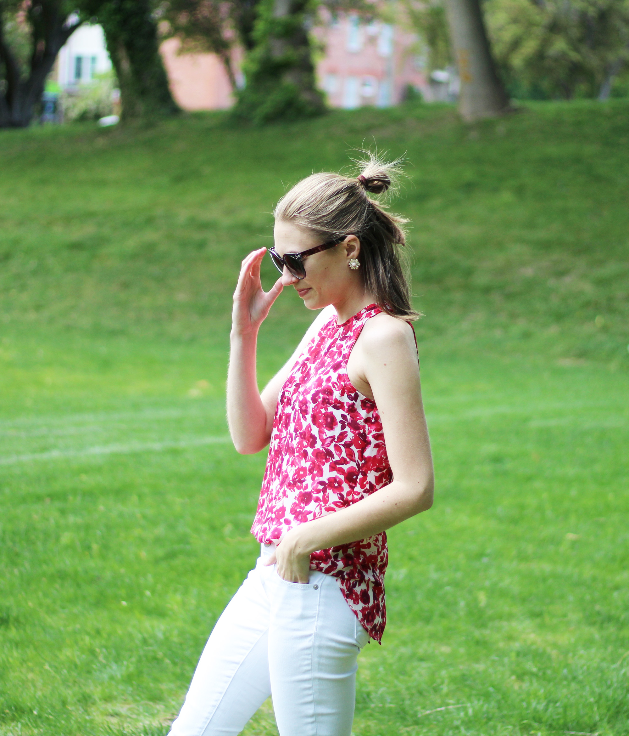 Who What Wear red floral tank top + white skinny jeans — Cotton Cashmere Cat Hair