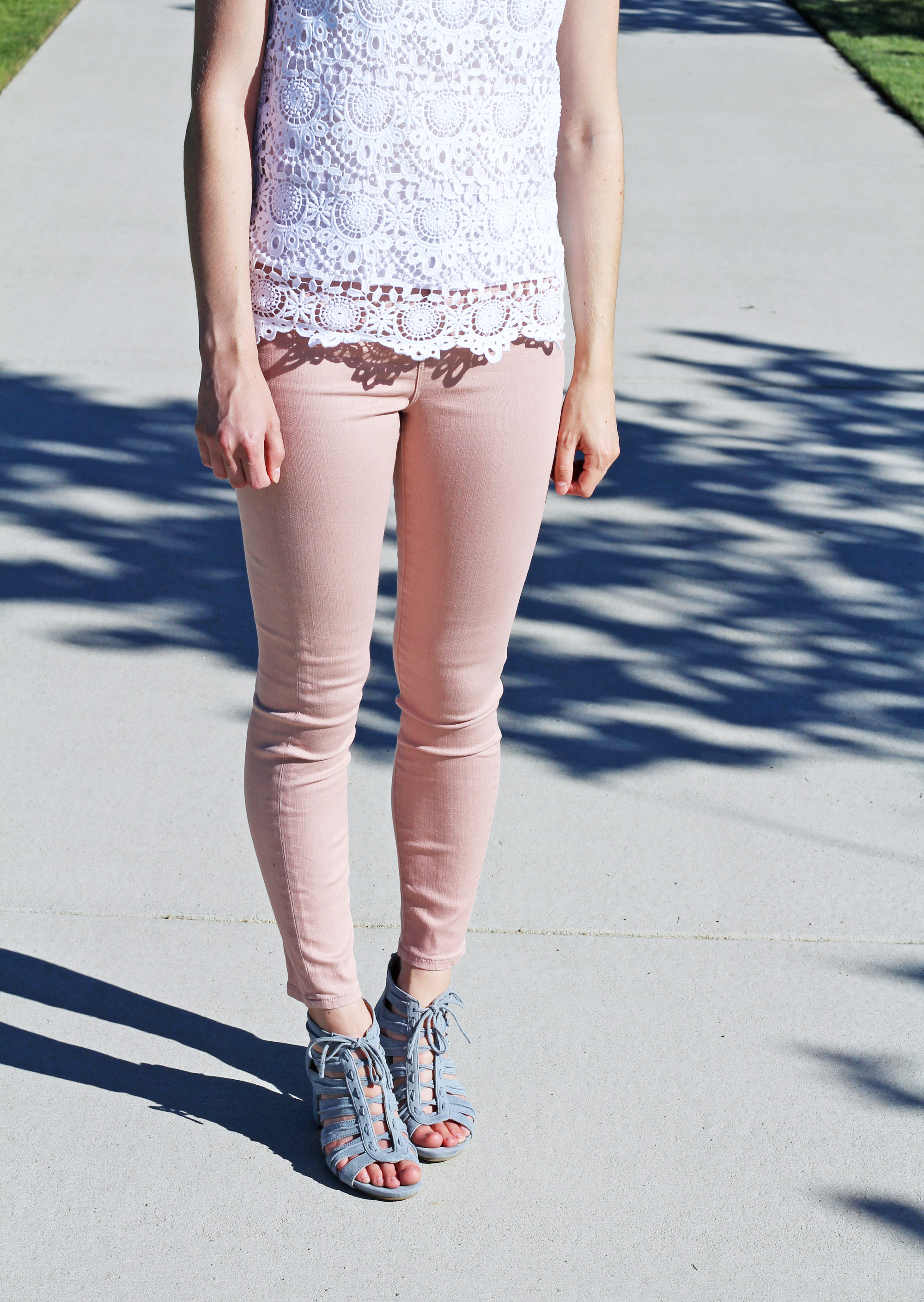 Blush pink skinny jeans outfit with white lace top and blue sandals — Cotton Cashmere Cat Hair