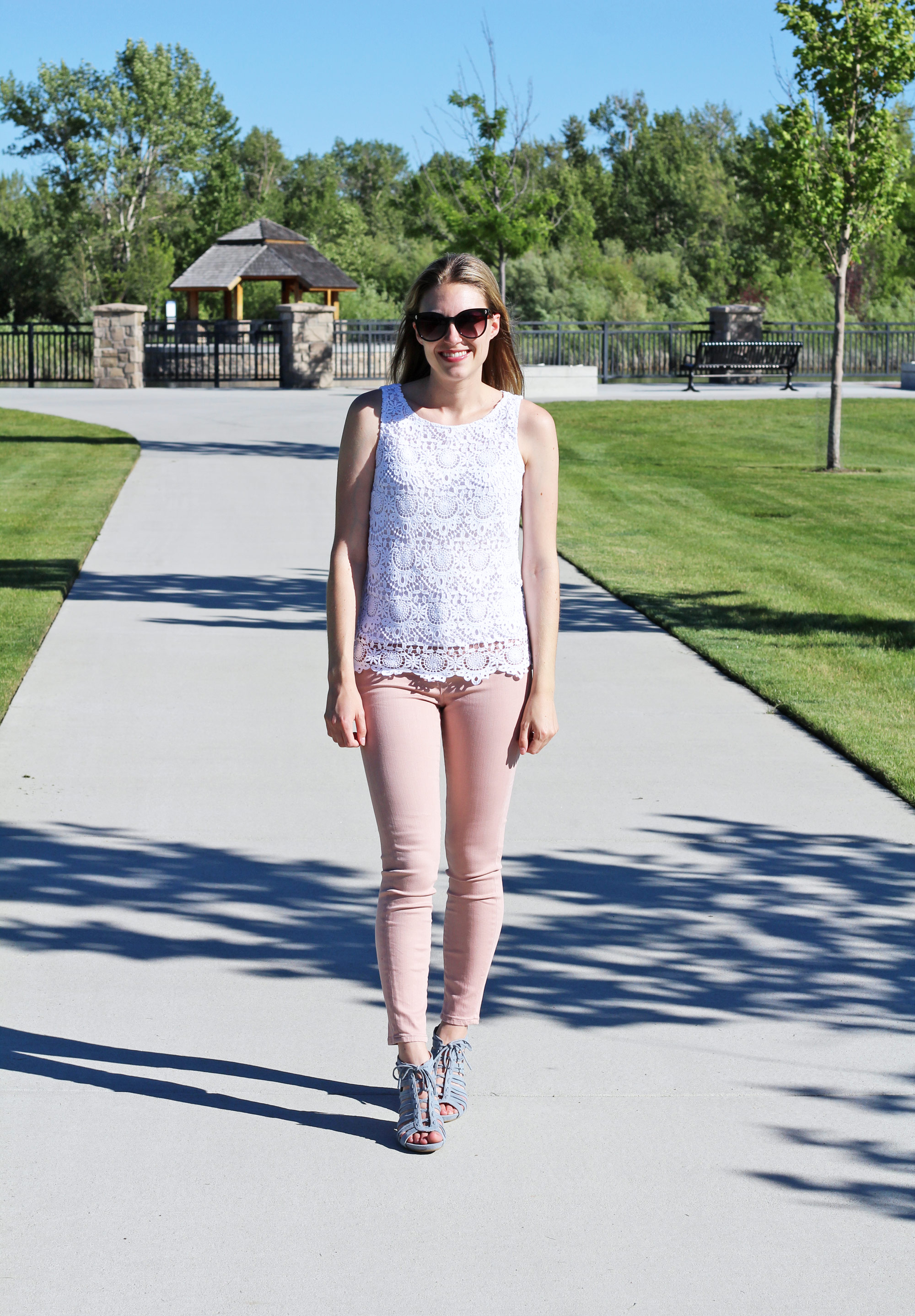 Summer outfit with pink jeans and blue caged sandals — Cotton Cashmere Cat Hair