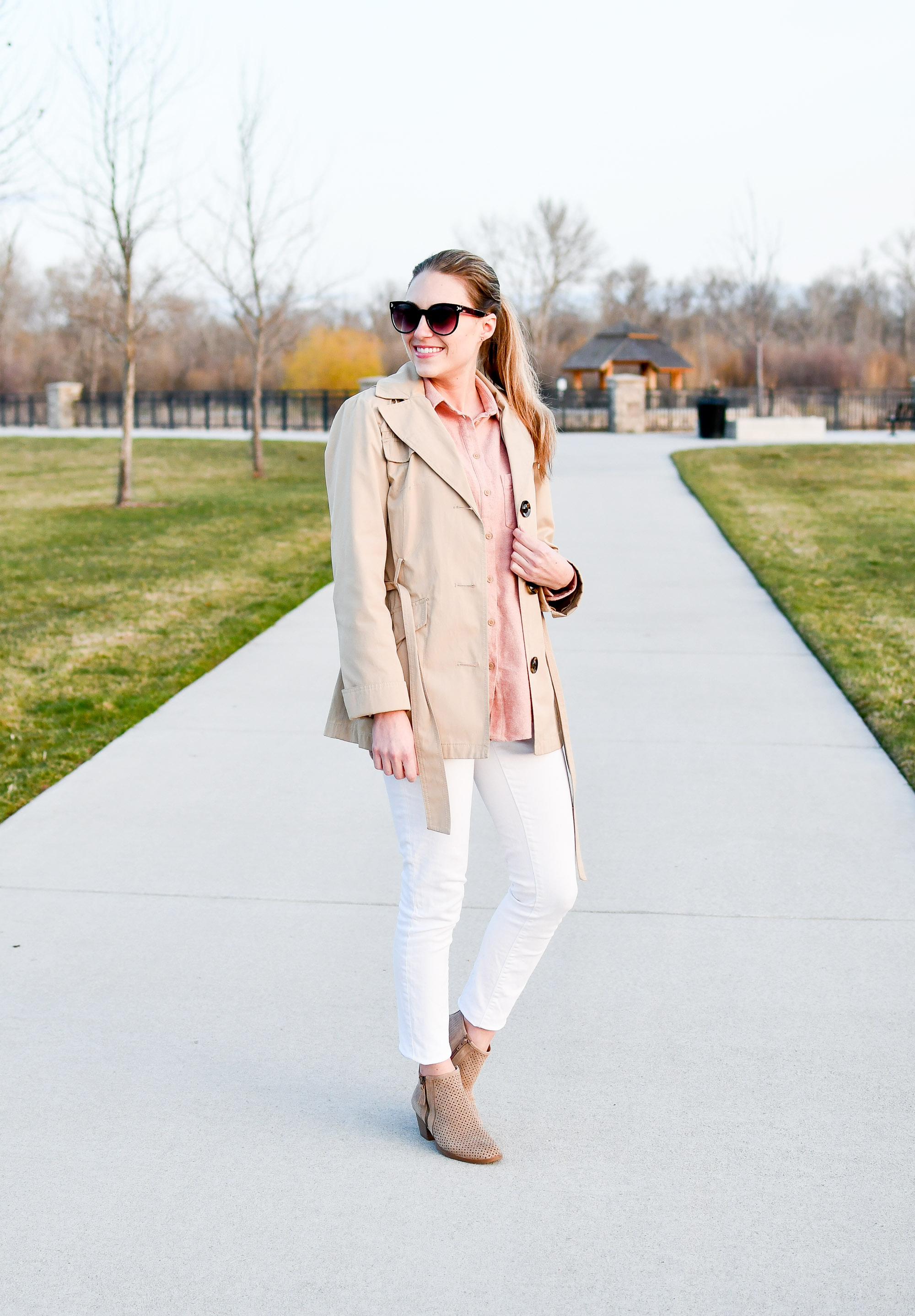 Spring outfit with white skinny jeans — Cotton Cashmere Cat Hair