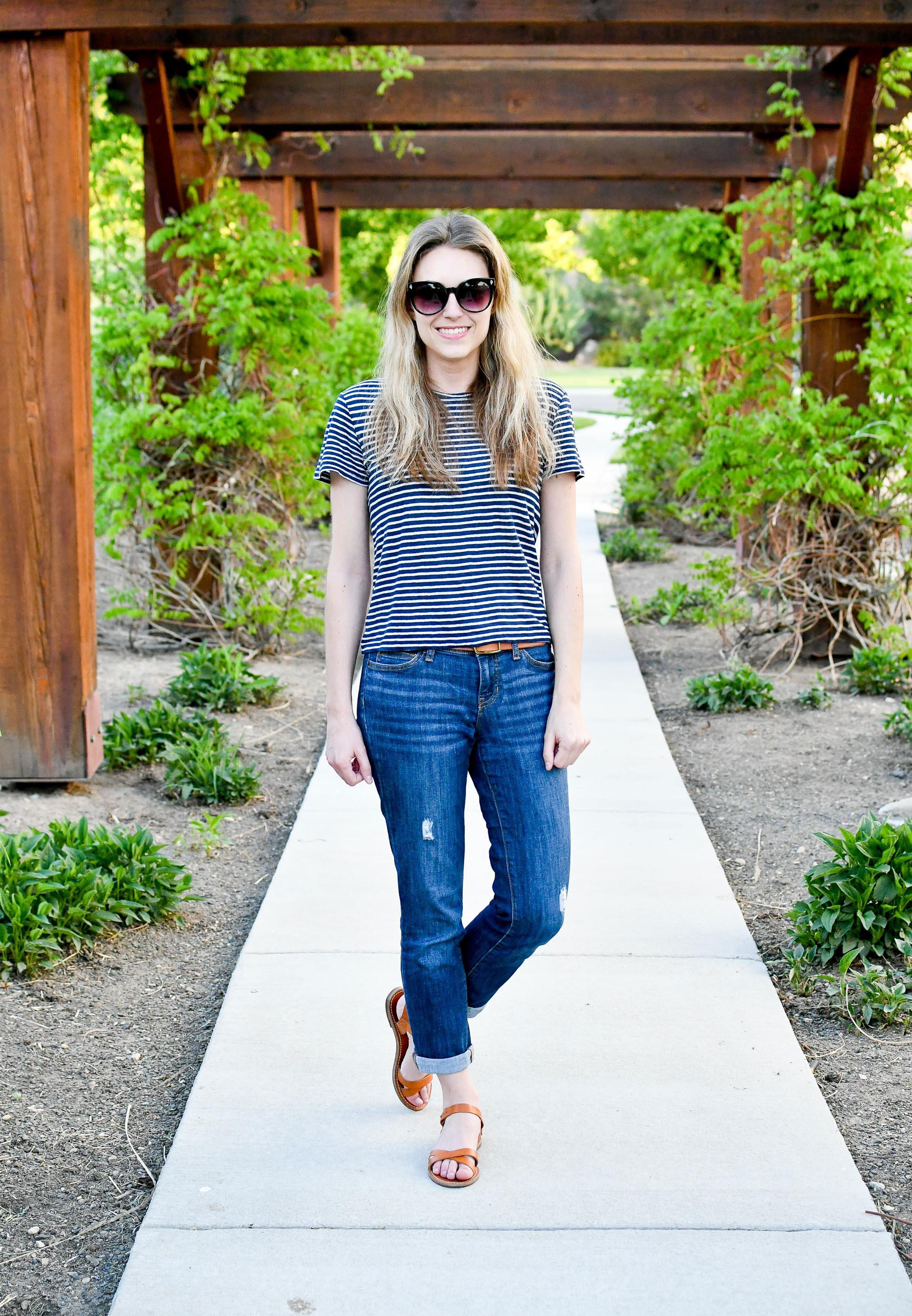 Boyfriend jeans outfit with sandals — Cotton Cashmere Cat Hair