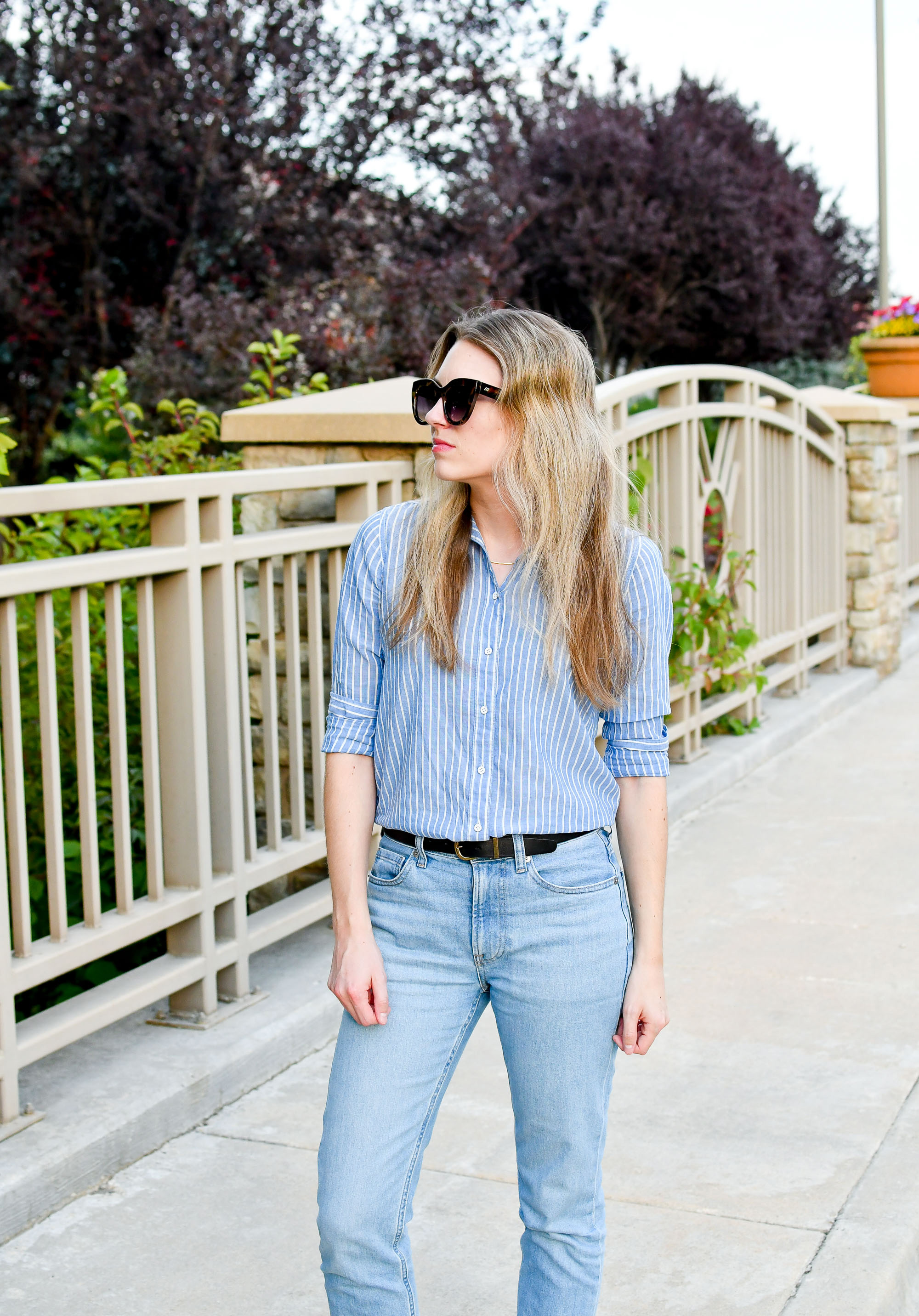 Striped shirt summer outfit with boyfriend jeans — Cotton Cashmere Cat Hair