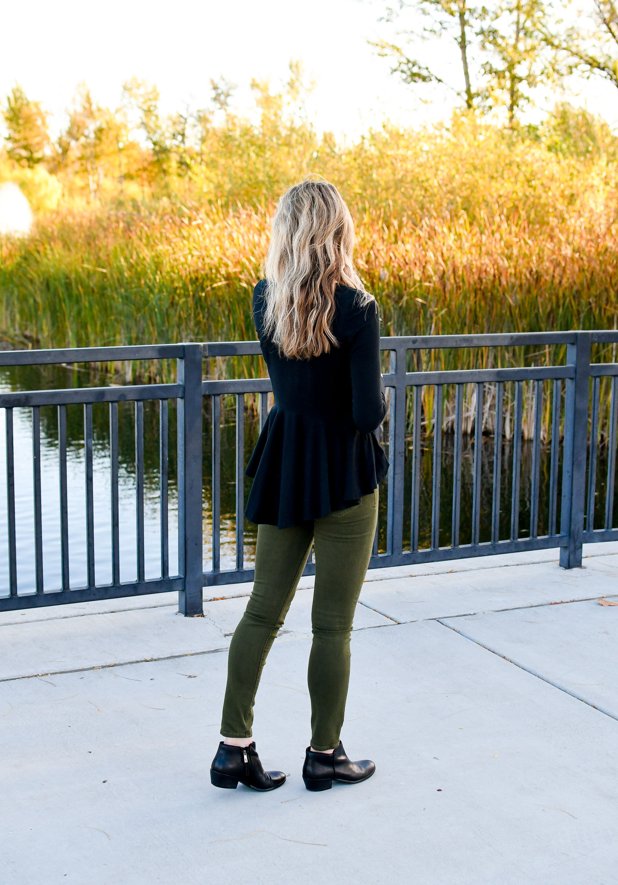 Fall concert outfit with peplum top and olive skinny jeans — Cotton Cashmere Cat Hair