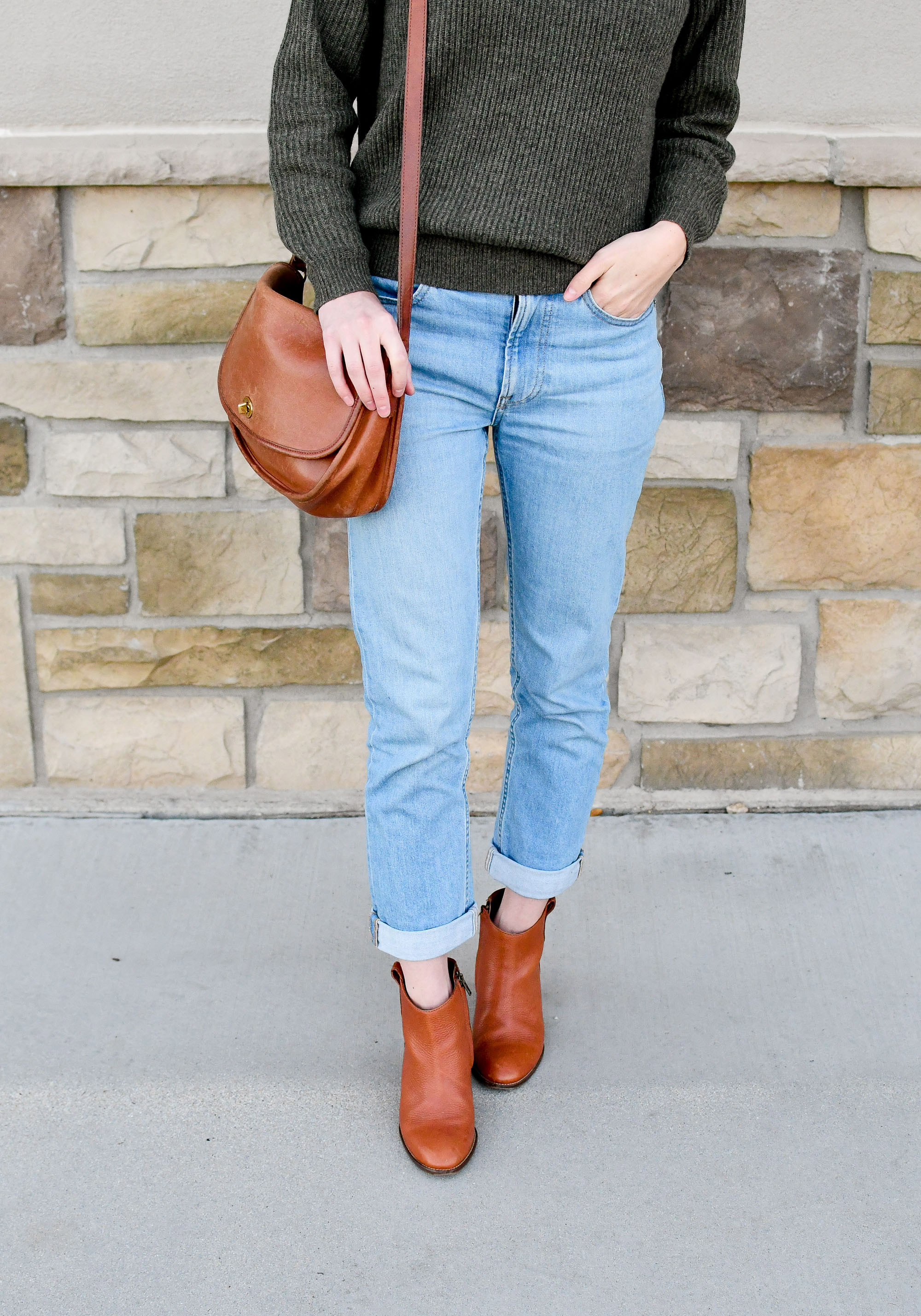 Fall outfit with ribbed cashmere, boyfriend jeans, ankle boots — Cotton Cashmere Cat Hair
