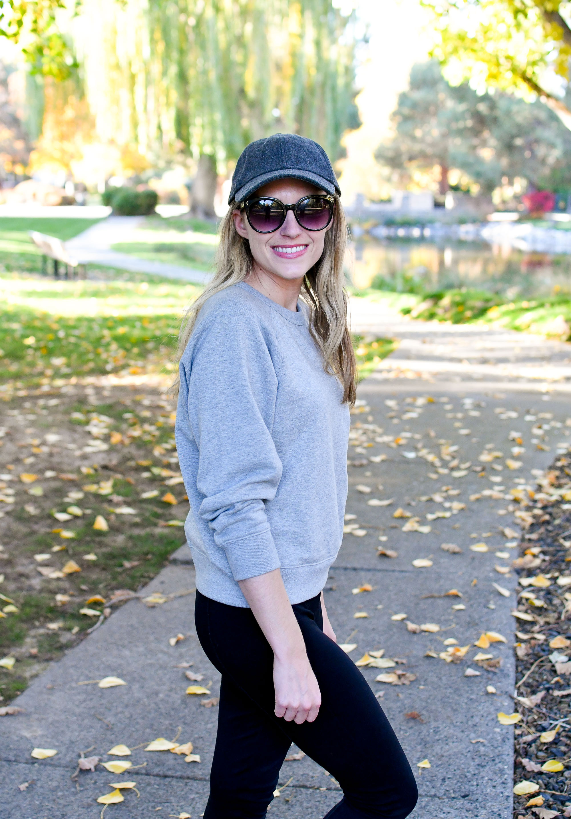Casual outfit with grey baseball cap and sweatshirt — Cotton Cashmere Cat Hair