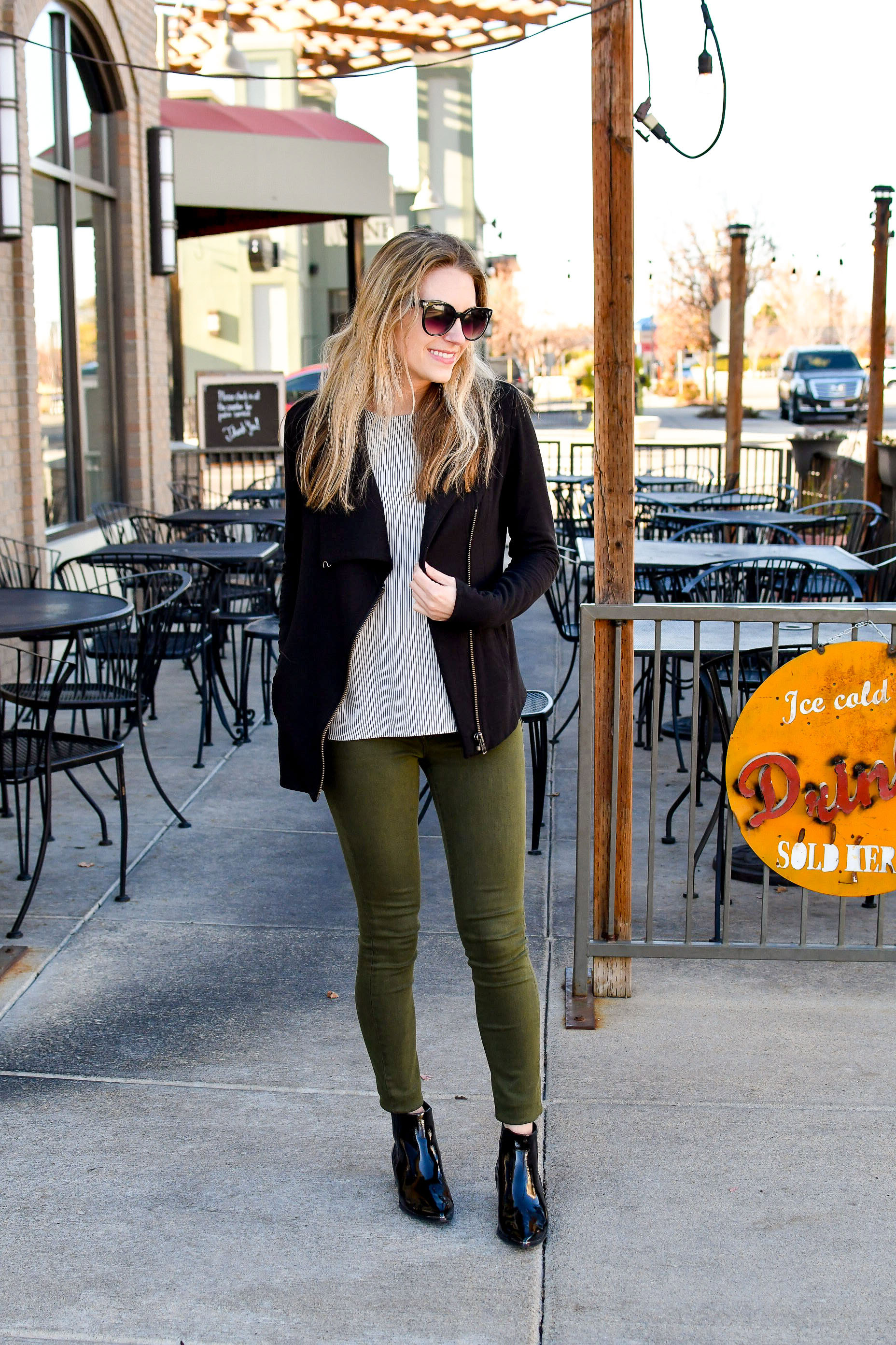 Fall work outfit with olive jeans and patent black chelsea boots — Cotton Cashmere Cat Hair