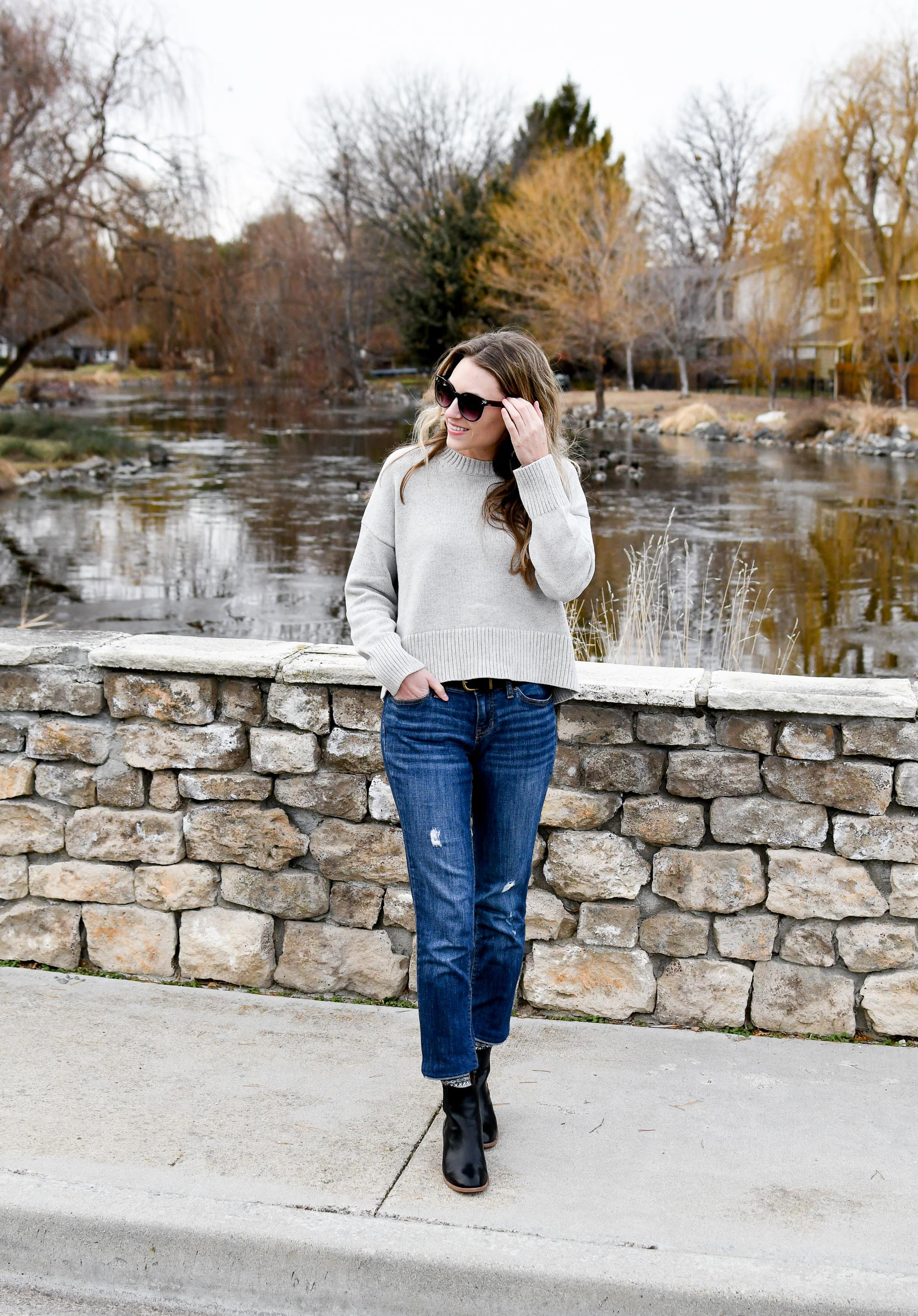 Casual winter outfit with sweater and boyfriend jeans — Cotton Cashmere Cat Hair
